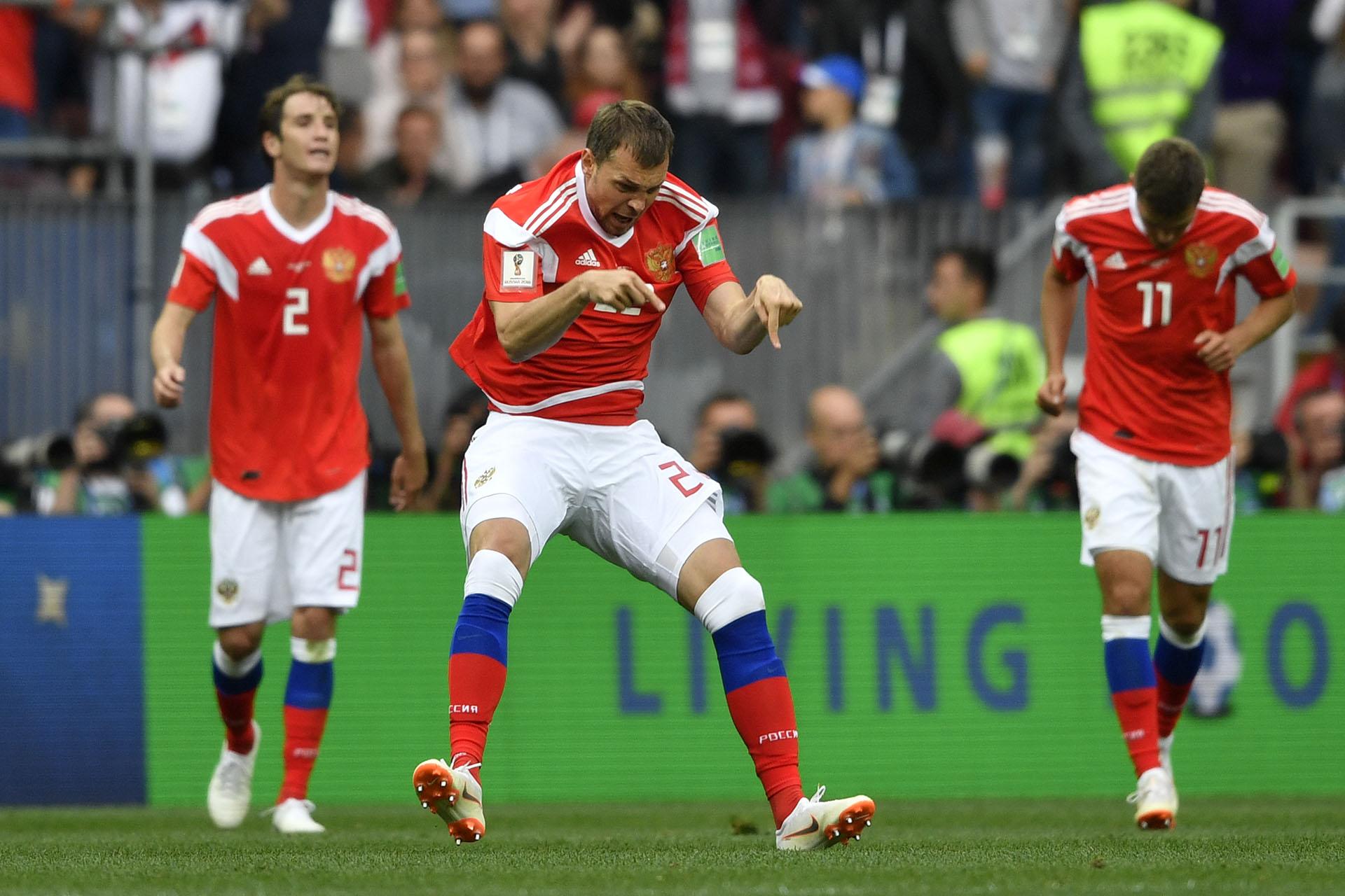 El ruso Artem Dzyuba festeja el tercer tanto del dueño de casa en el debut: sería 5-0 ante Arabia Saudita