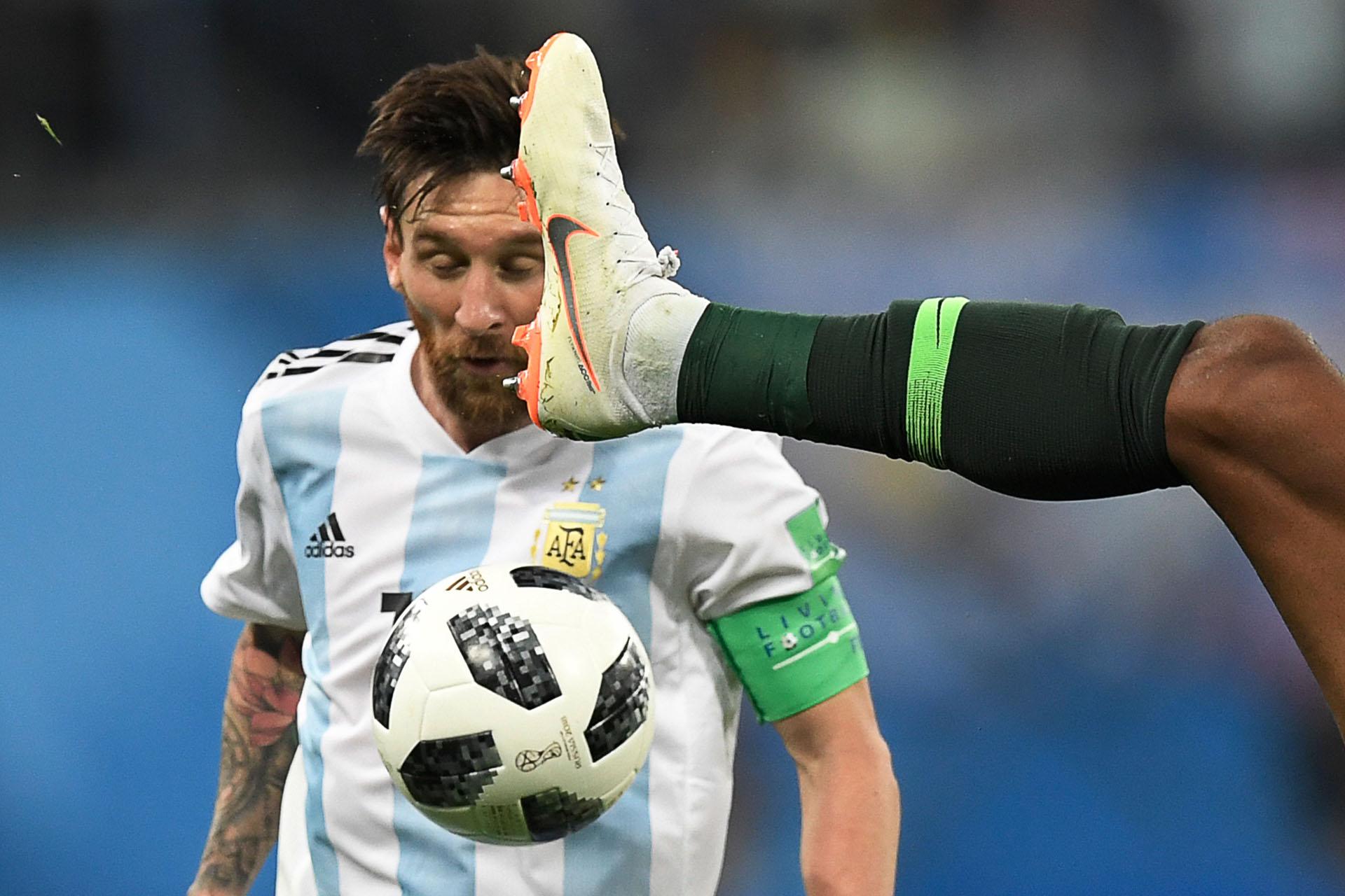 Una pierna contra la humanidad de Messi en la milagrosa clasificación de Argentina ante Nigeria