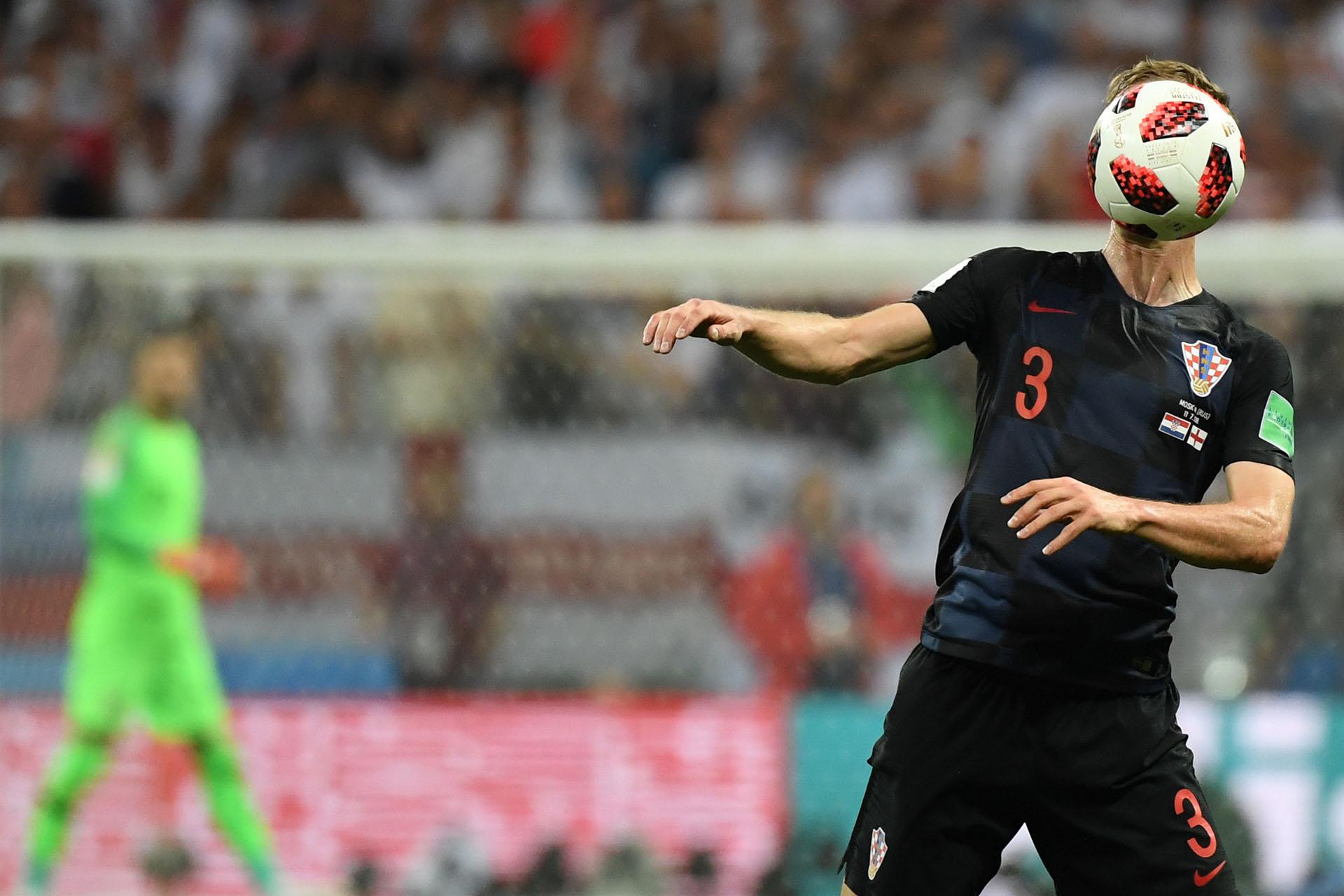 El rostro del croata Ivan Strinic es ocultado por el balón durante la semifinal ante Inglaterra