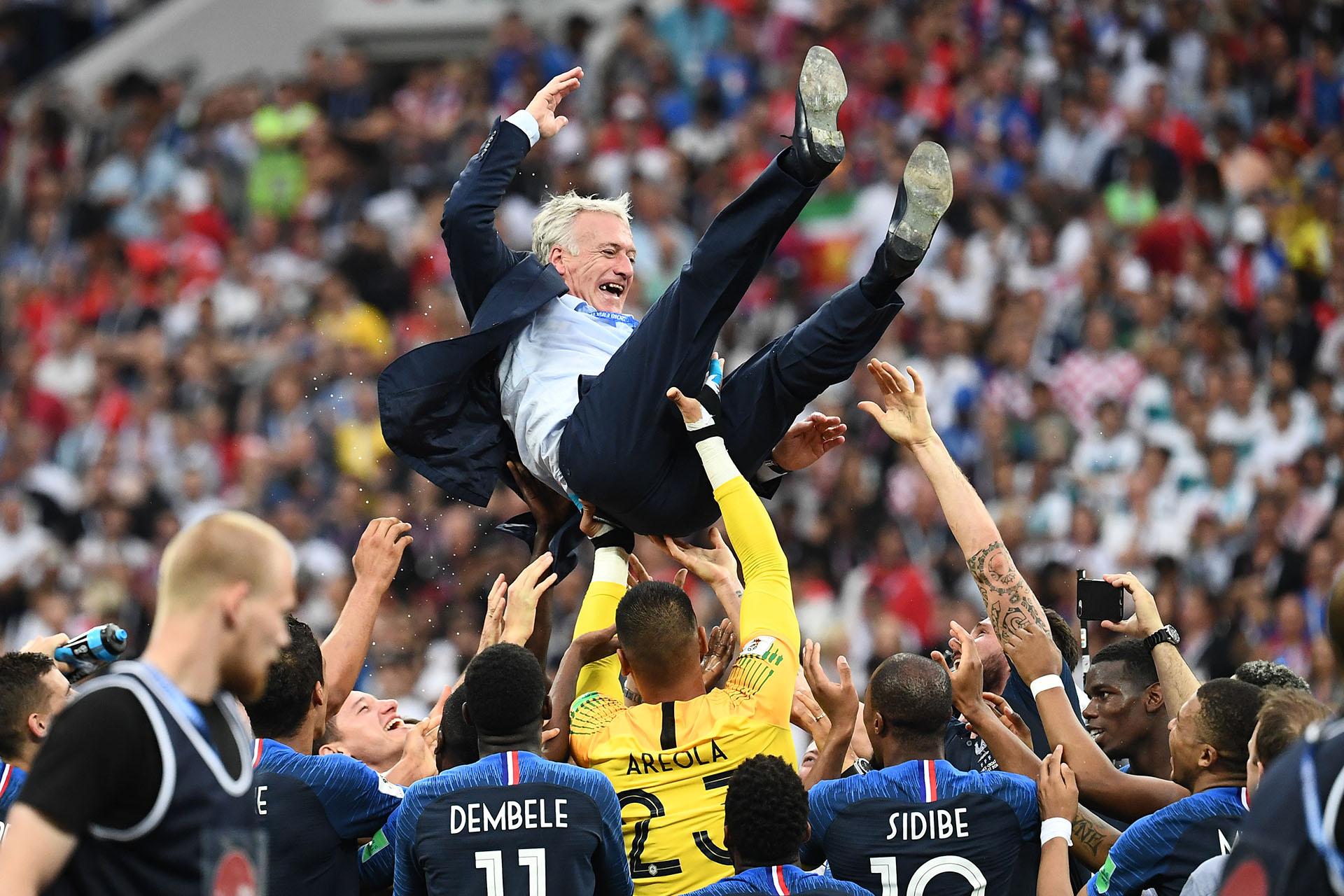 Imagen clásica de los entrenadores campeones del mundo: Didier Deschamps es lanzado por sus dirigidos