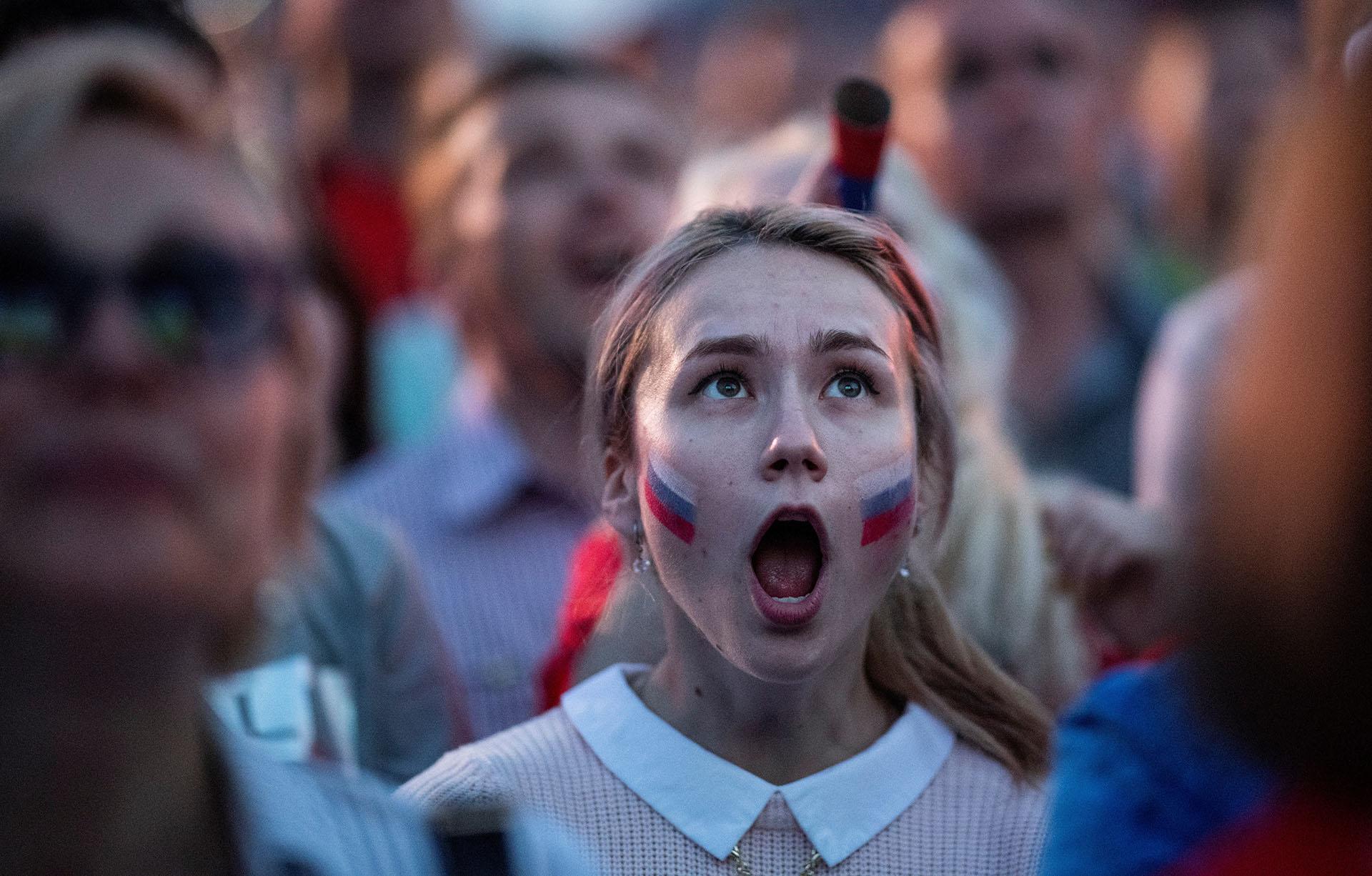 El gesto de una simpatizante rusa en la Fan Zone de Nizhny Novgorod durante Rusia-Egipto