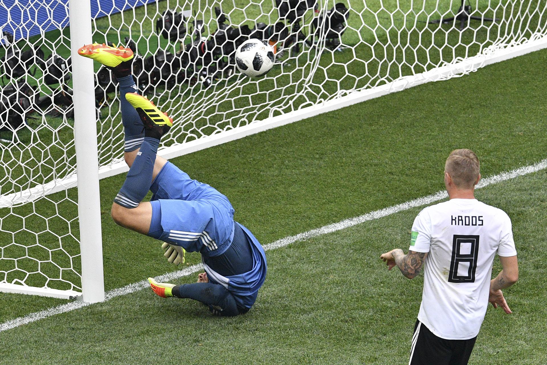 El frustrado intento del arquero alemán Manuael Neuer por evitar el gol de México en el debut