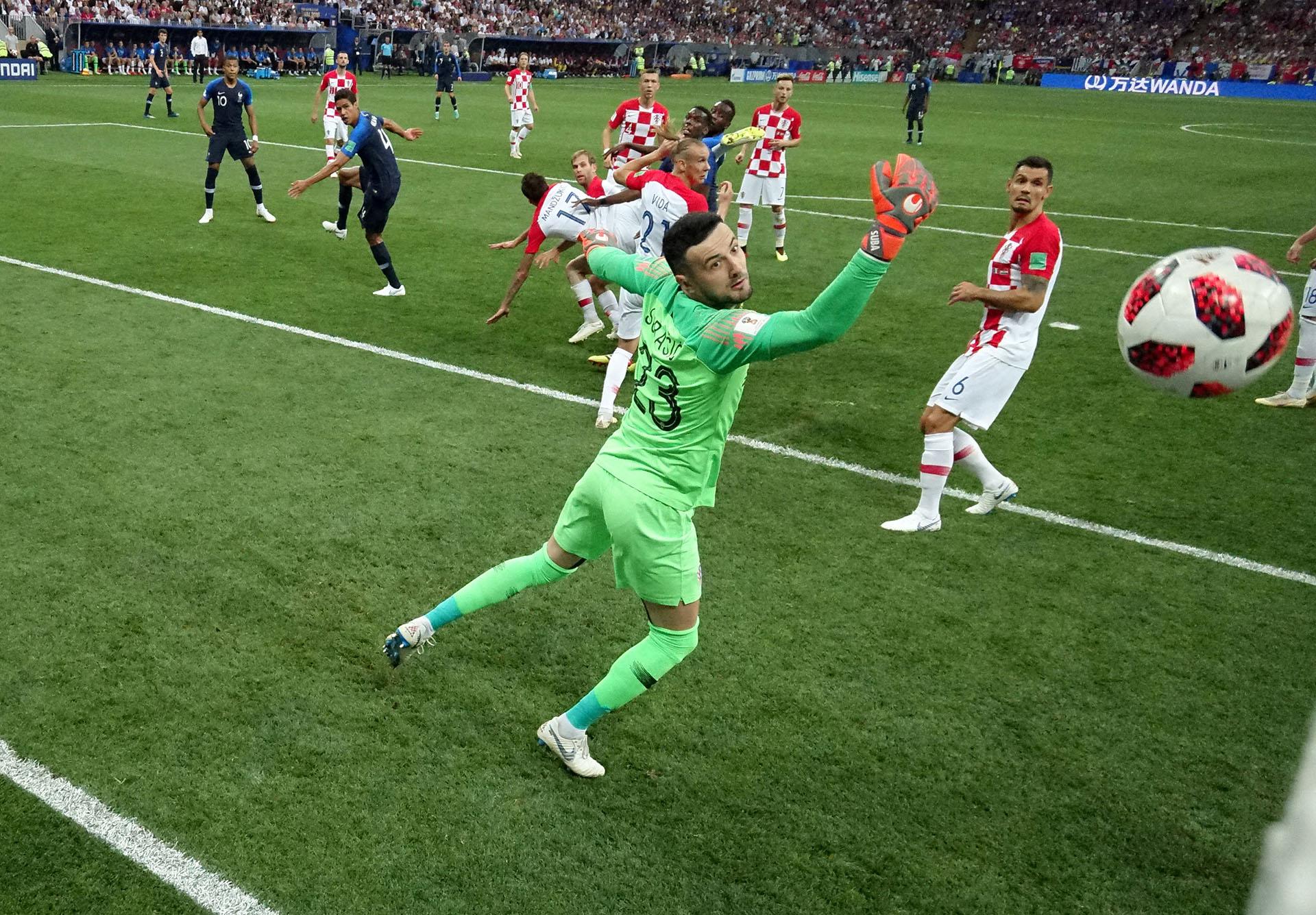 El instante en el que la pelota ingresa en el arco de Croacia tras el desvío de Mandzukic: Francia 1-0 en la final