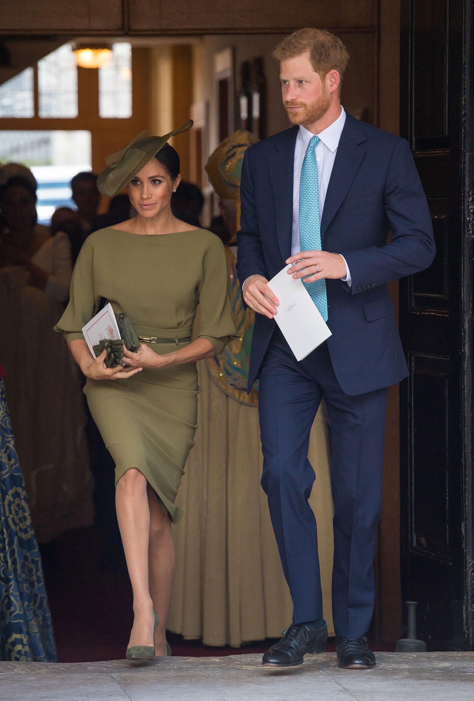 Meghan y Harry llegando a la Capilla Real en el Palacio St. James. Meghan con un estilo sobrio, respetando el dress code