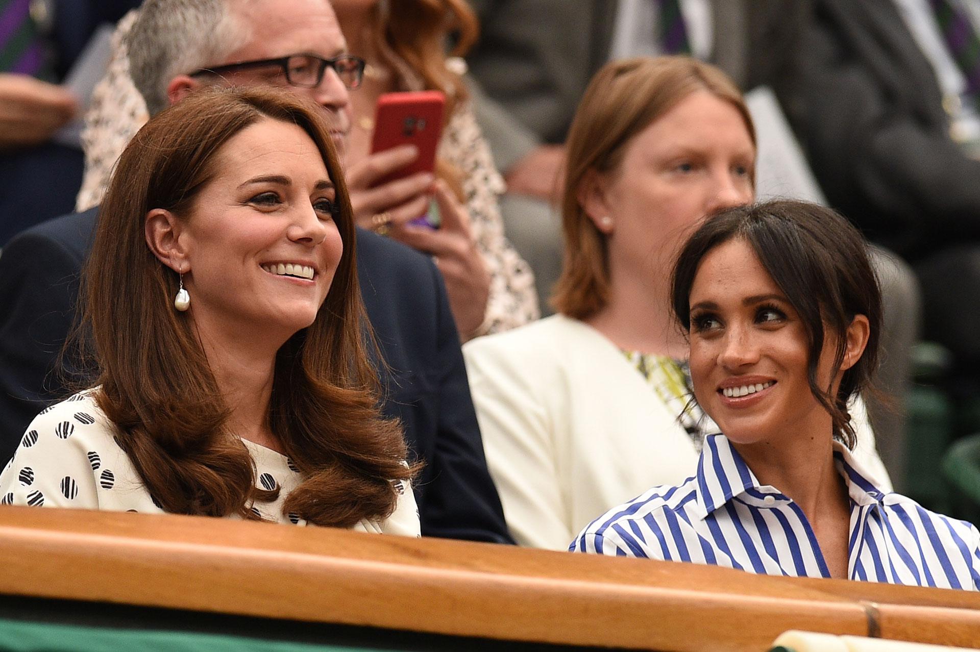 Kate y Meghan juntas en Wimbledon, cada una impuso su estilo, por un lado la formalidad de la esposa de William y por el otro el casual chic de la mujer de Harry