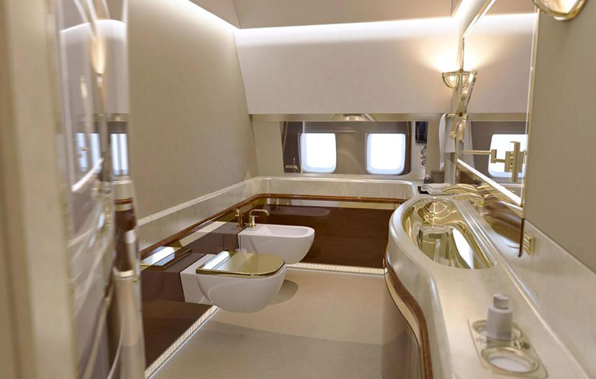 El lavabo, el retrete y el bidé tienen decorados de oro en el cuarto de baño a bordo (Foto: CEN)