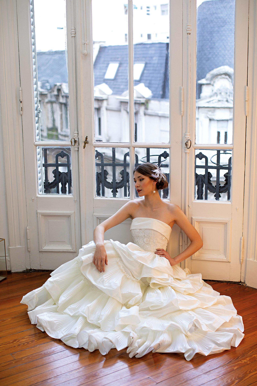 Vestido strapless de tul bordado con pedrería y falda amplia en capas plisadas (consultar precio, Javier Saiach), tocado (Atelier Recoleta) y aros de perlas ($ 790, Luna Garzón).