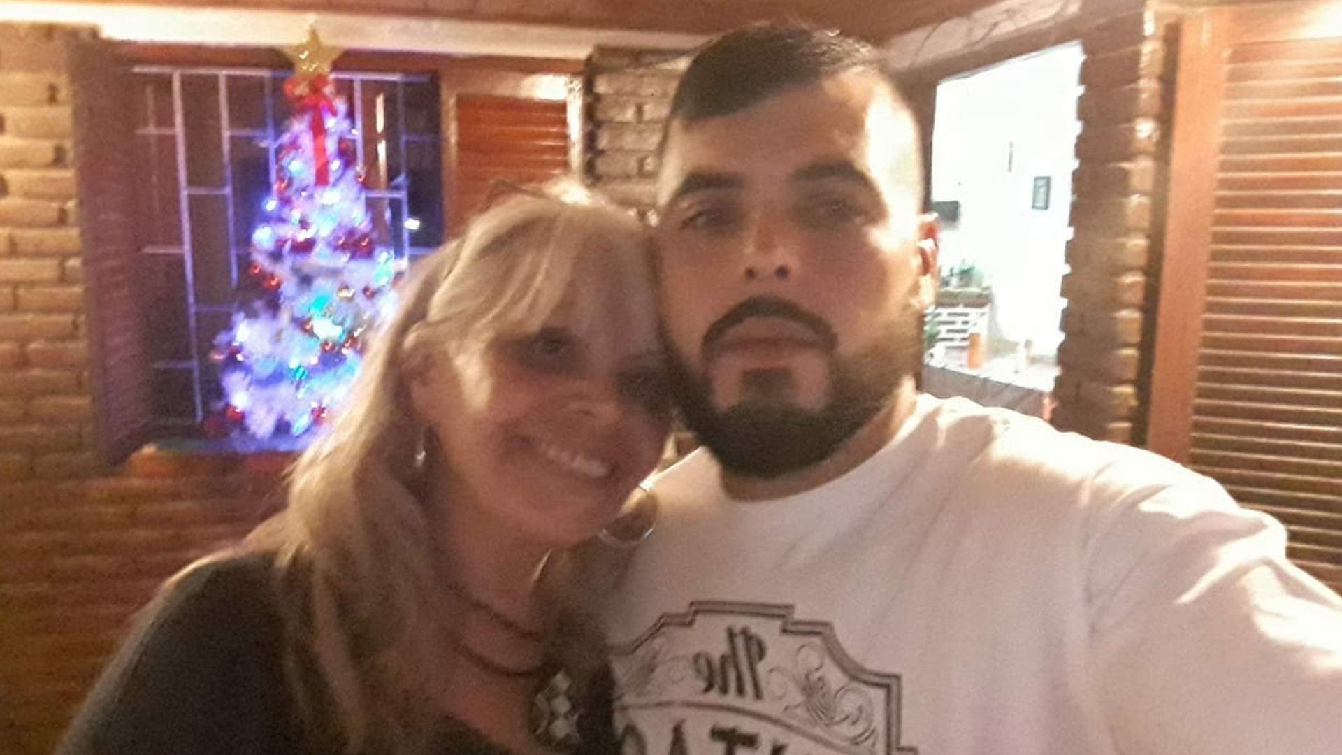 """GracielaGodoy y su hijo Nahuel Navarrete, un marinero pescador tripulante del barco pesquero """"Rigel"""""""