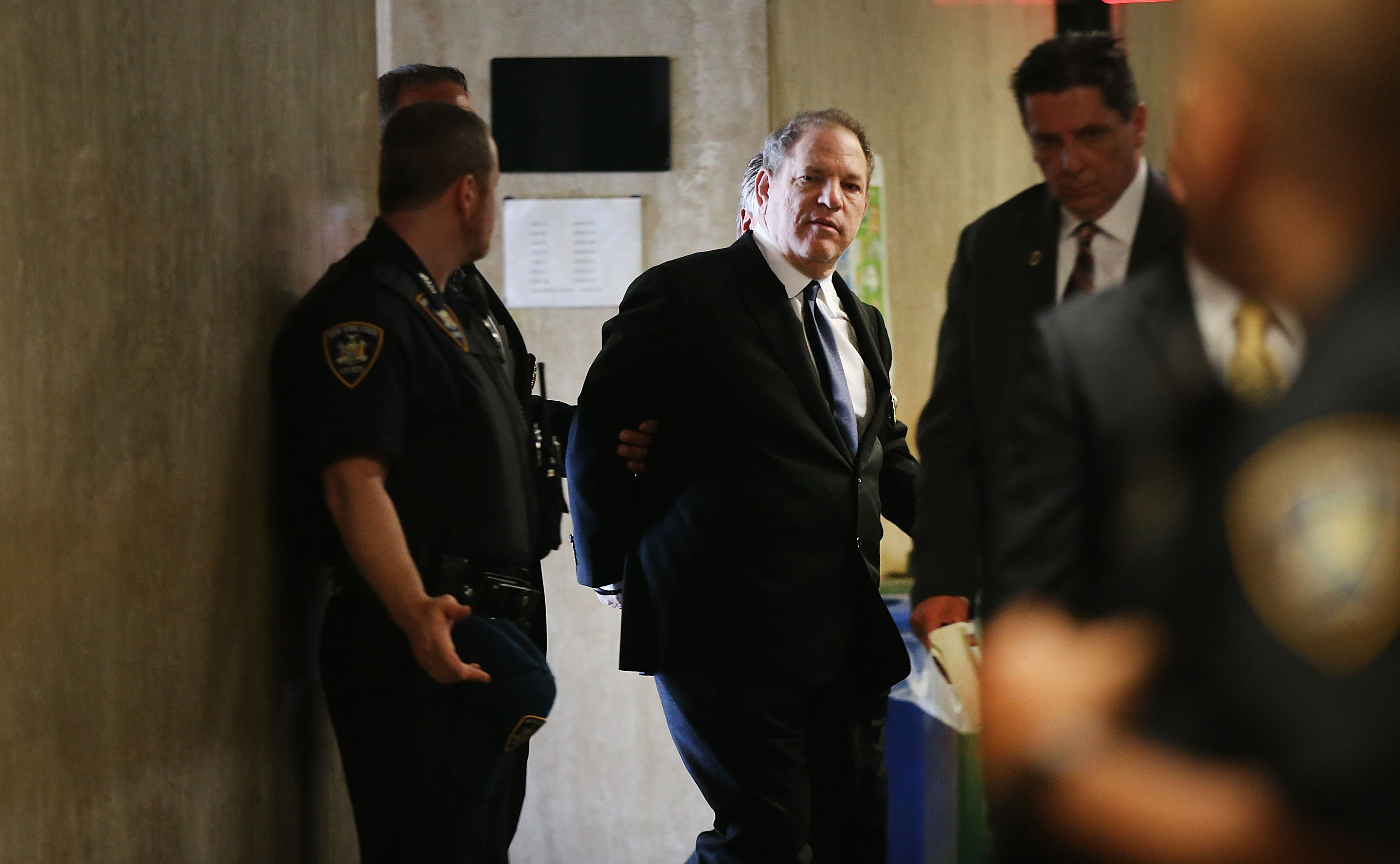 Harvey Weinstein ingresa esposado a la Corte Suprema de Nueva York el 9 de julio pasado (Spencer Platt/Getty Images/AFP)