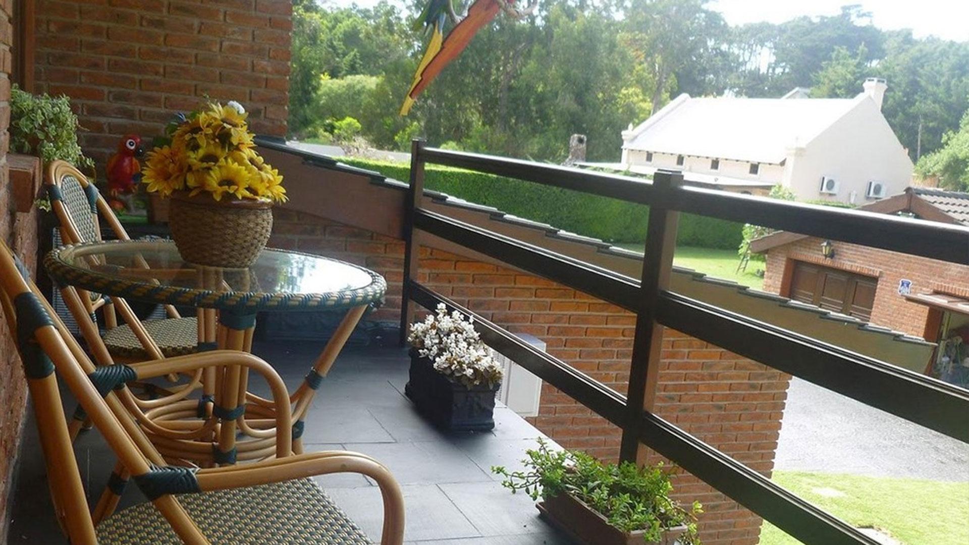 Un balcón con vista al jardín