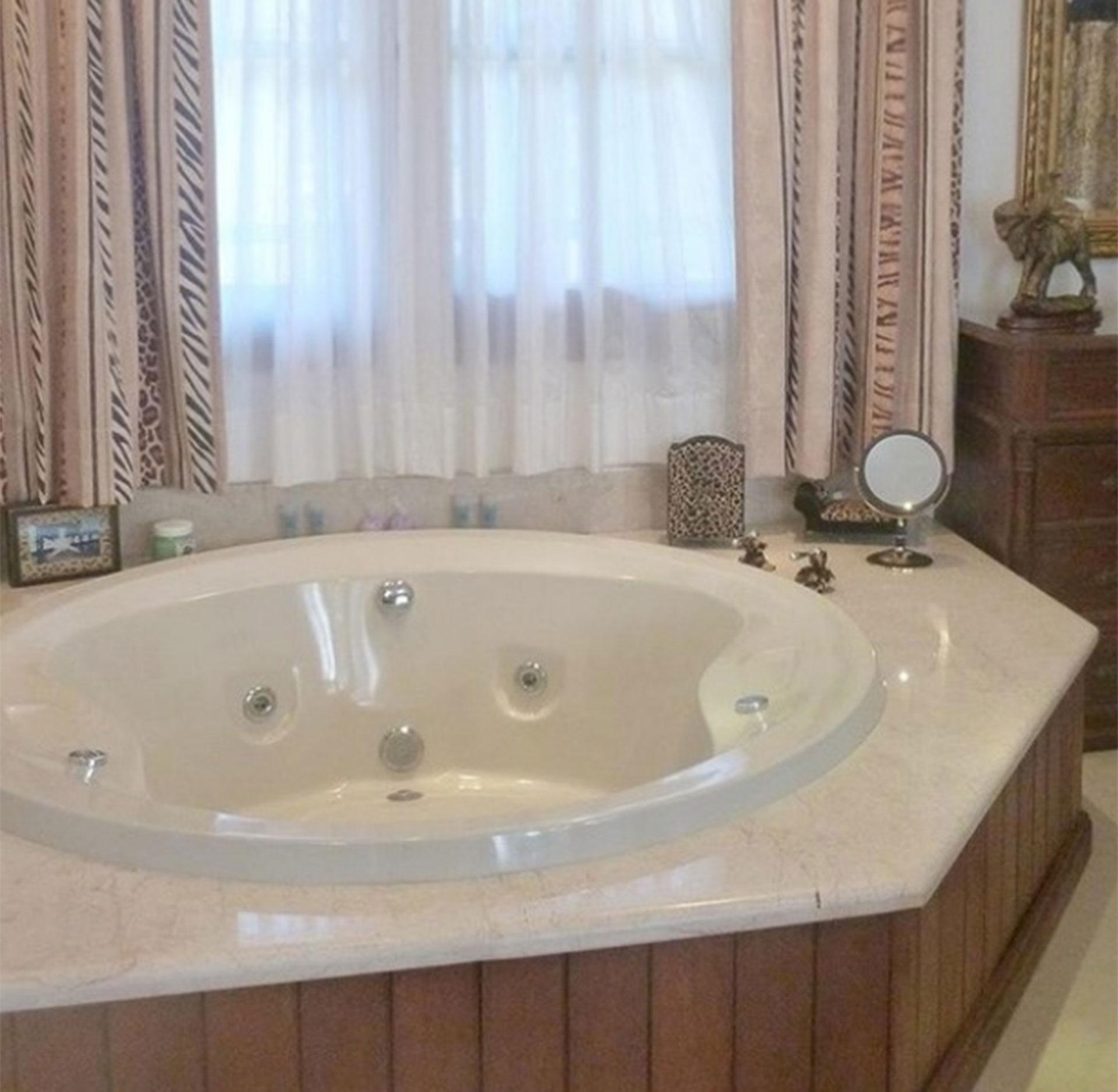 La mansión cuenta con diez baños con ducha escocesa, sauna e hidromasaje