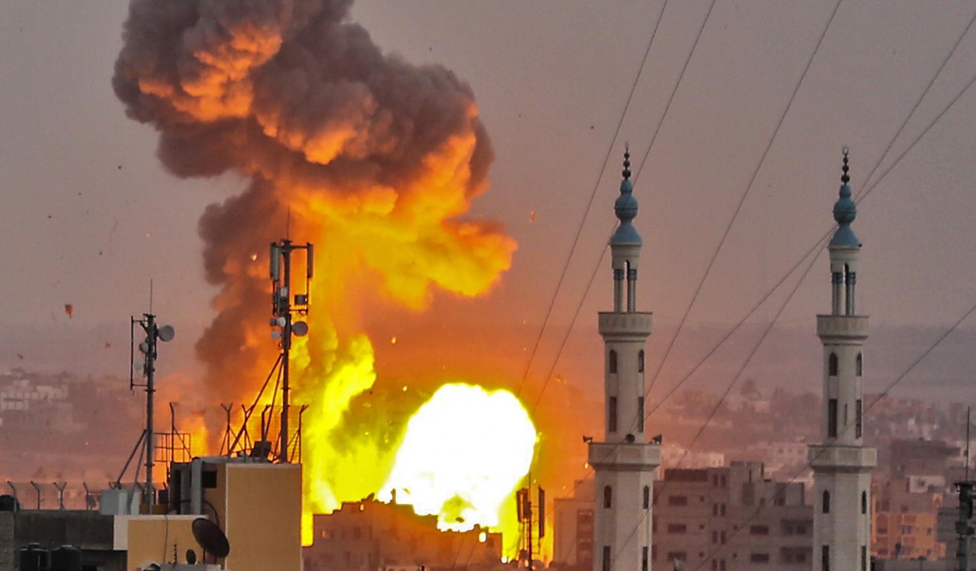 Imágenes de los bombardeos del viernes. (AFP PHOTO / BASHAR TALEB)