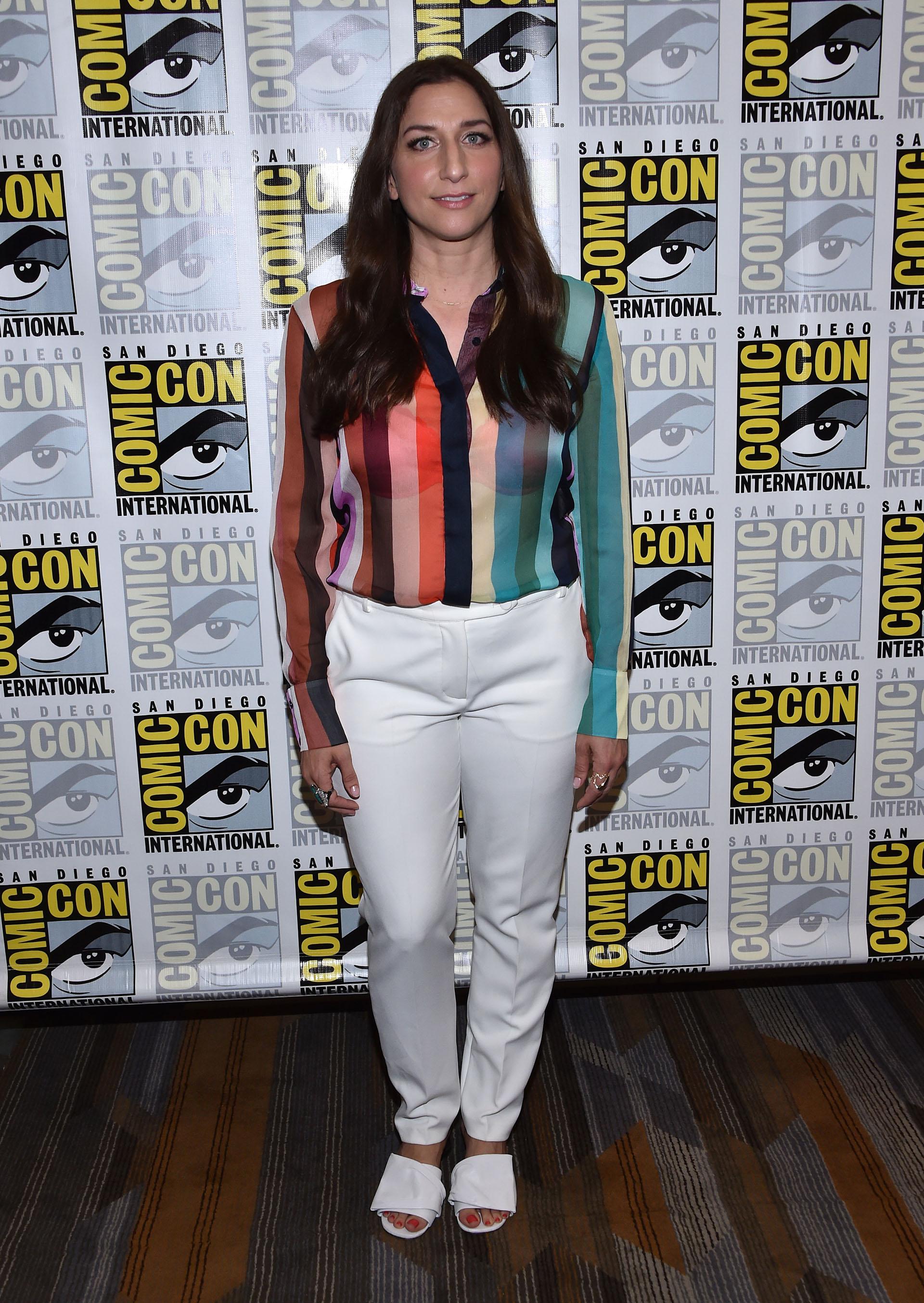 Chelsea Peretti, rayas coloridas y estilo descontracturado