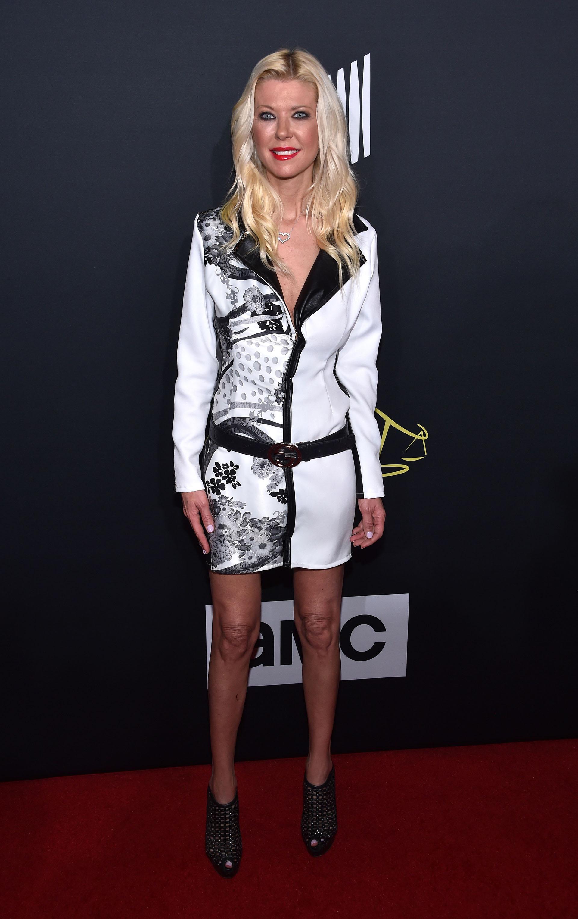 Tara Reid lució su esbelta figura con este sentador vestido blanco y negro