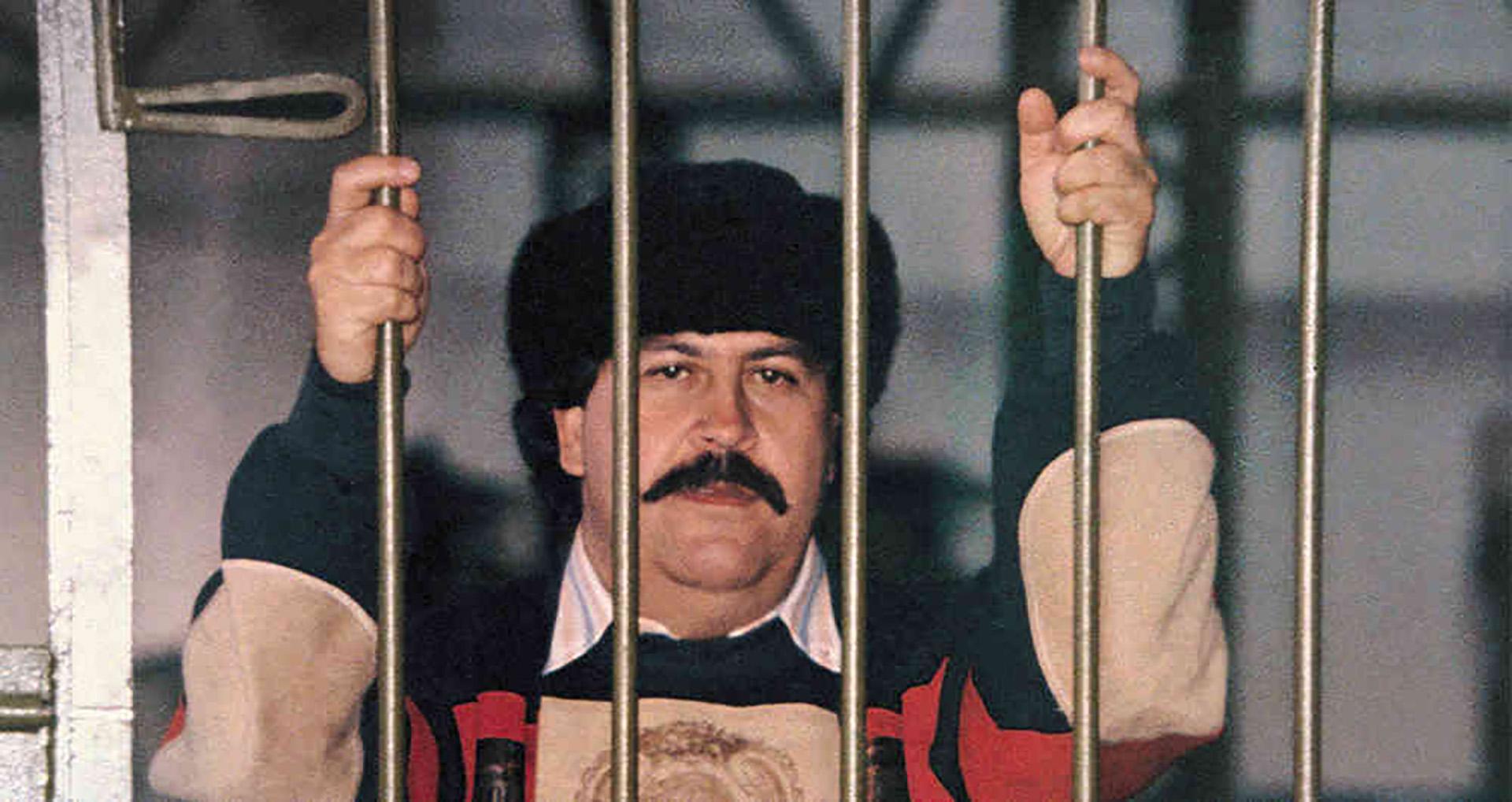 El día que Pablo Escobar se fugó de la cárcel pateando un muro ...