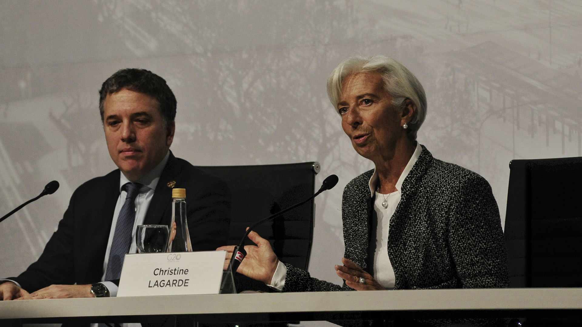 El ministro Nicolás Dujovne junto a la directora del FMI Christine Lagarde en julio pasado