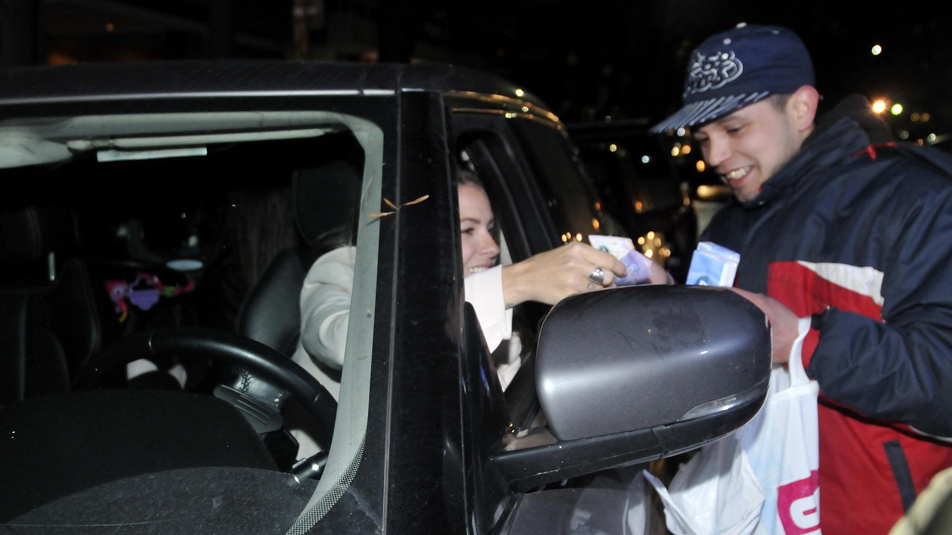 La actriz le compró pañuelos descartables a un vendedor ambulante