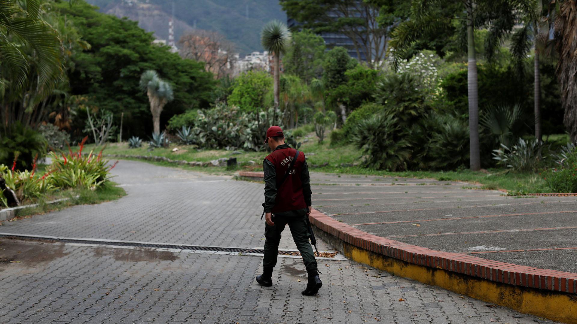 Un miembro de la Guardia Nacional camina por la entrada al recinto
