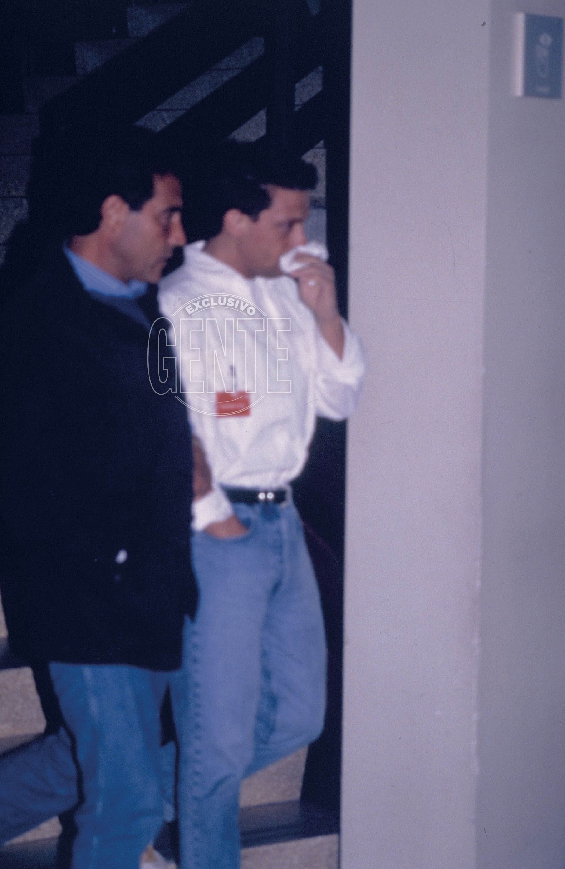 Luis Miguel del aeropuerto al hospital Príncipes de España, de la Ciudad Sanitaria de Bellvitge. Hacía cinco años que estaba distanciado de su papá y lo que vio lo dejó perplejo. En la Sala 1 de la unidad de Terapia Intensiva, ubicada en el segundo piso de la clínica, Luis Rey transitaba un coma irreversible debido a un cuadro de neumonía que se complicó. Sin embargo, una versiónno oficial asegura que padecía VIH. (Foto Archivo GENTE)