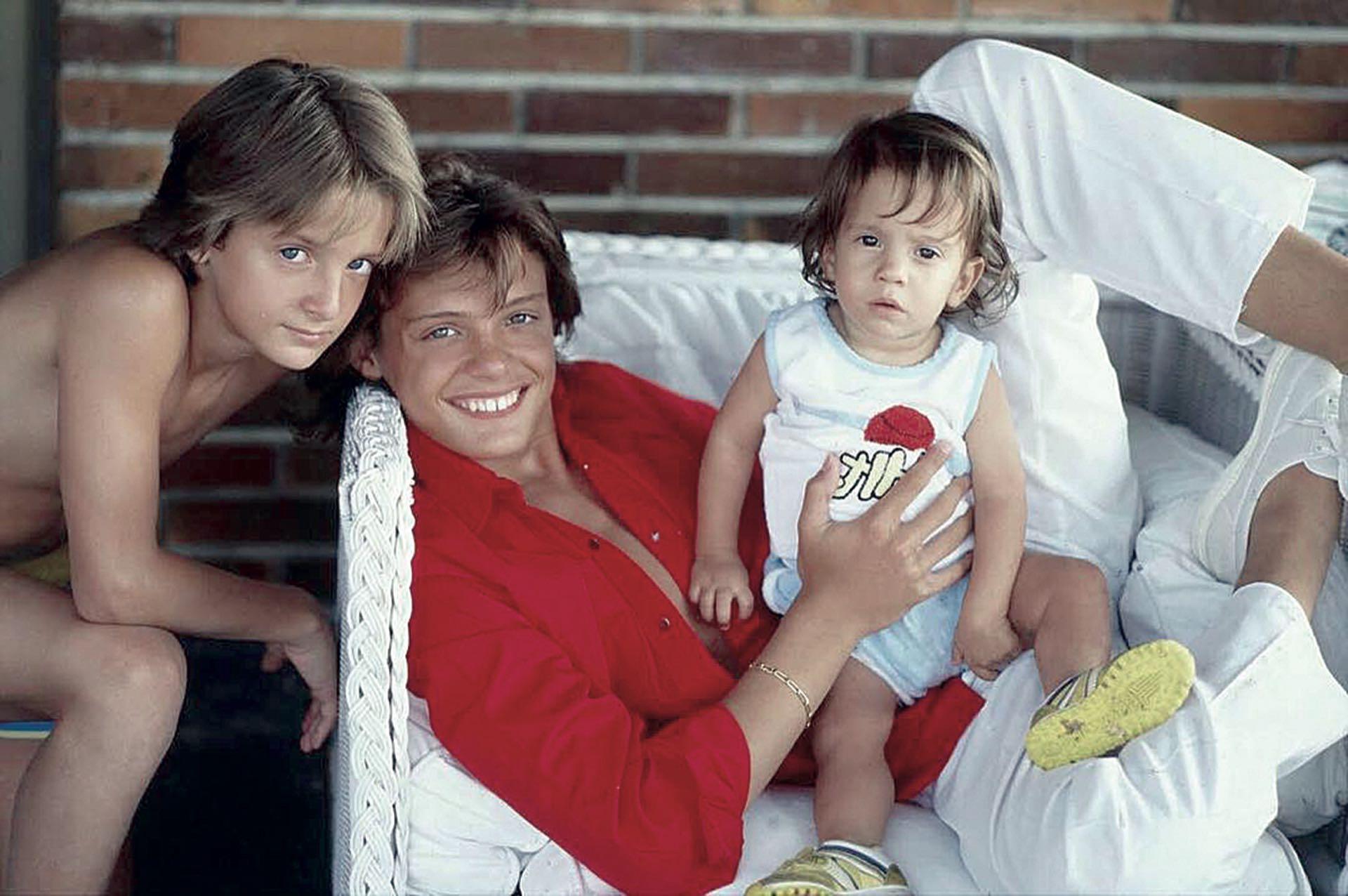 Luis Miguel con sus hermanos, Alex y Segio. (Foto Archivo GENTE)