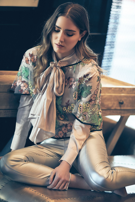 Camisa con lazo ($ 2.700, Rapsodia), blusa estampada con detalles bordados ($ 1.690, Las Pepas) y pantalón chupín ($ 2.640, Tucci). (Foto: Chino Toccalino/ Para Ti)