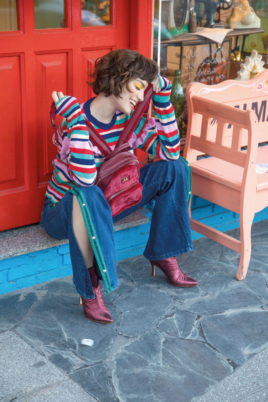 Suéter rayado con volados ($ 1.990, Las Pepas), pantalón con galón lateral y botones ($ 3.350, Kosiuko), mochila de cuero y piel sintética ($ 1.240, XL Extra Large) y botinetas metalizadas ($ 3.325, Sofi Martiré). (Foto: Fernando Venegas/ Para Ti)