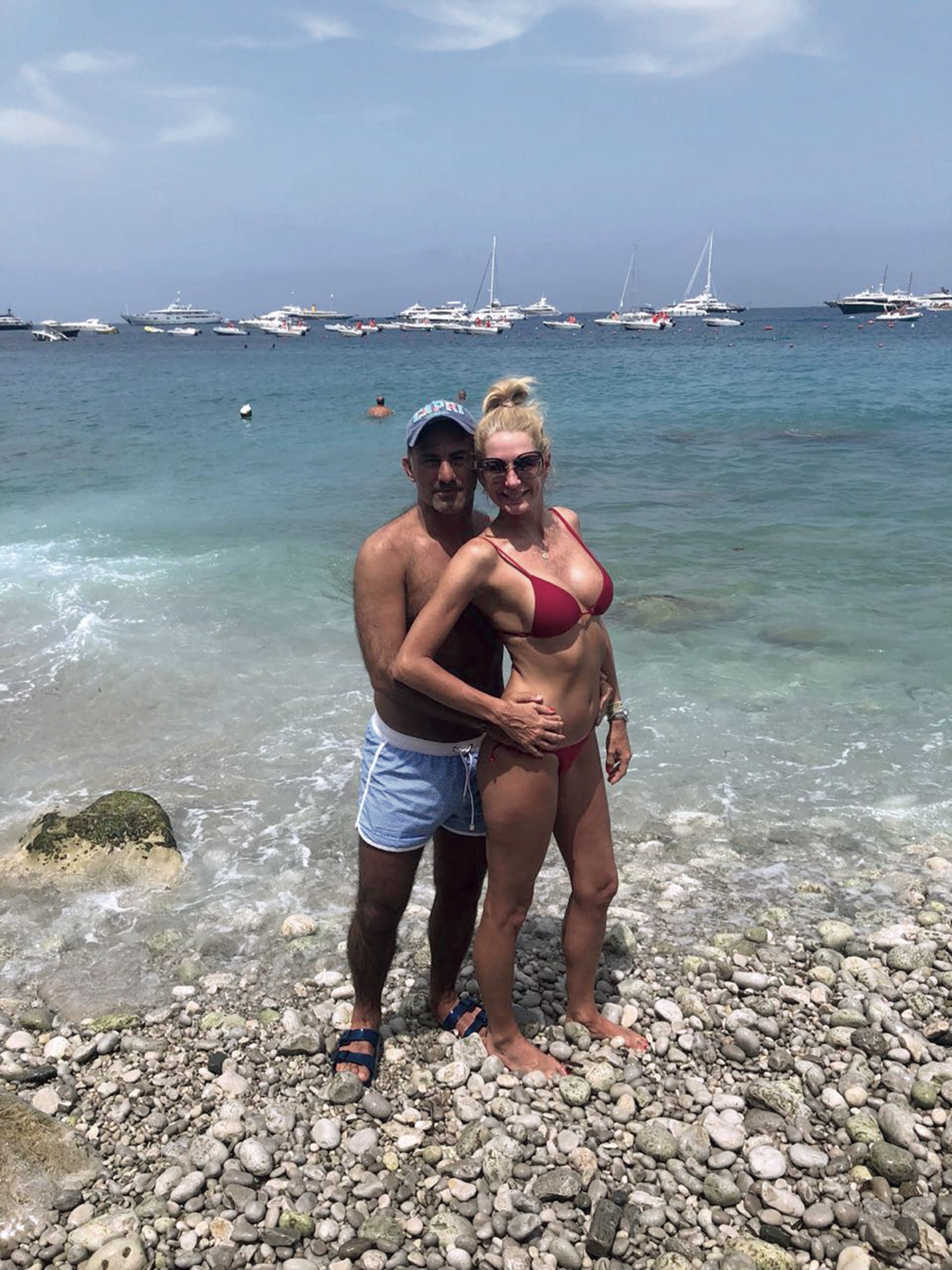Yanina y Diego Latorre a orillas de Marina Grande en Italia.