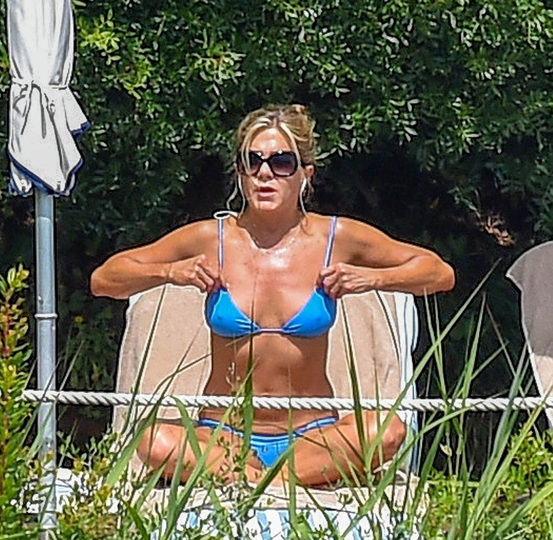 La actriz Jennifer Aniston disfrutó de un día de sol y piscina en Italia ( Backgrid UK/The Grosby Group)