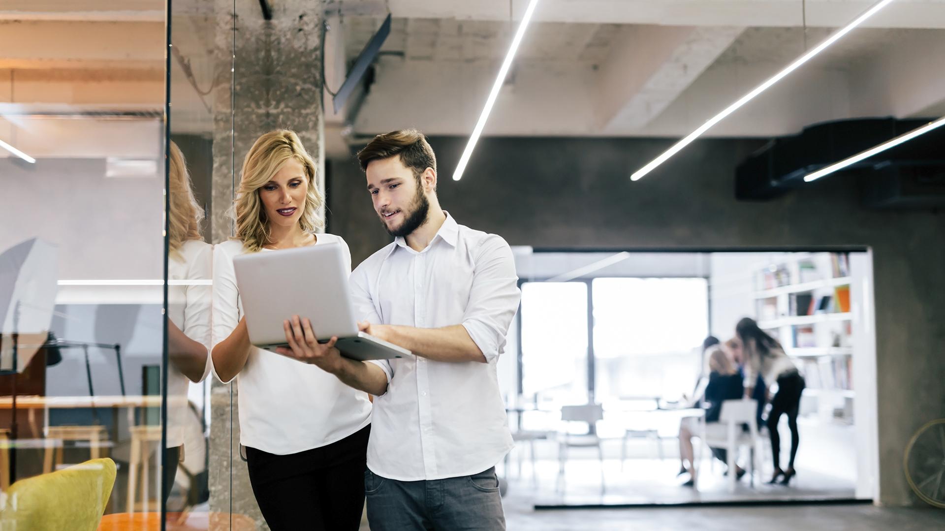 Casi 5 de cada 10 trabajadores con líderes mujeres se sienten más satisfechos con el nivel de colaboración de sus compañeros de trabajo (Getty)