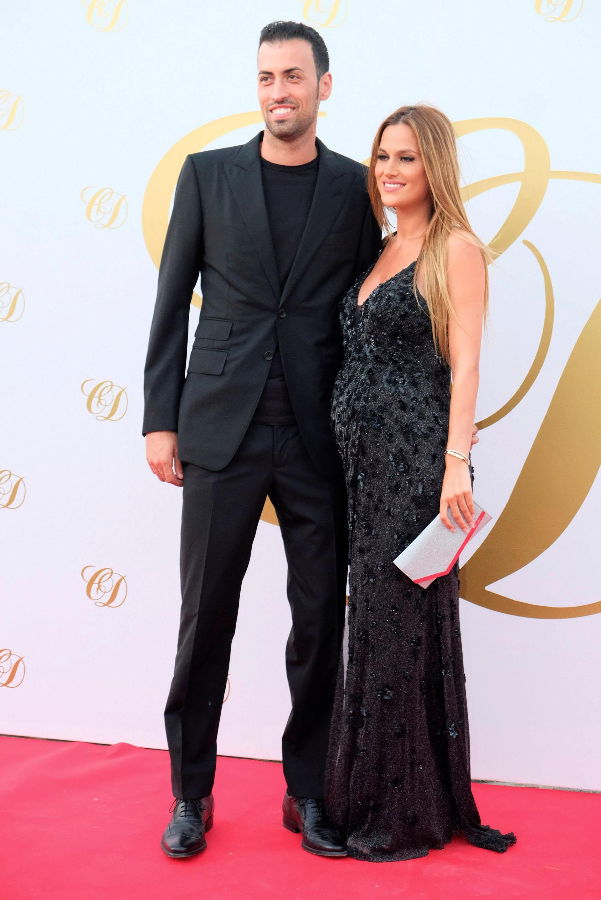 El mediocampista Sergi Busquets y su esposa, Elena Galera