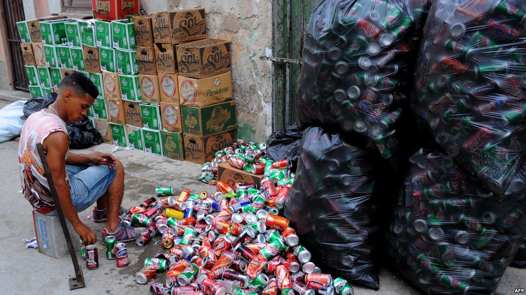 Un hombre selecciona latas vacías en un mercado de La Habana (Foto: Martí Noticias)