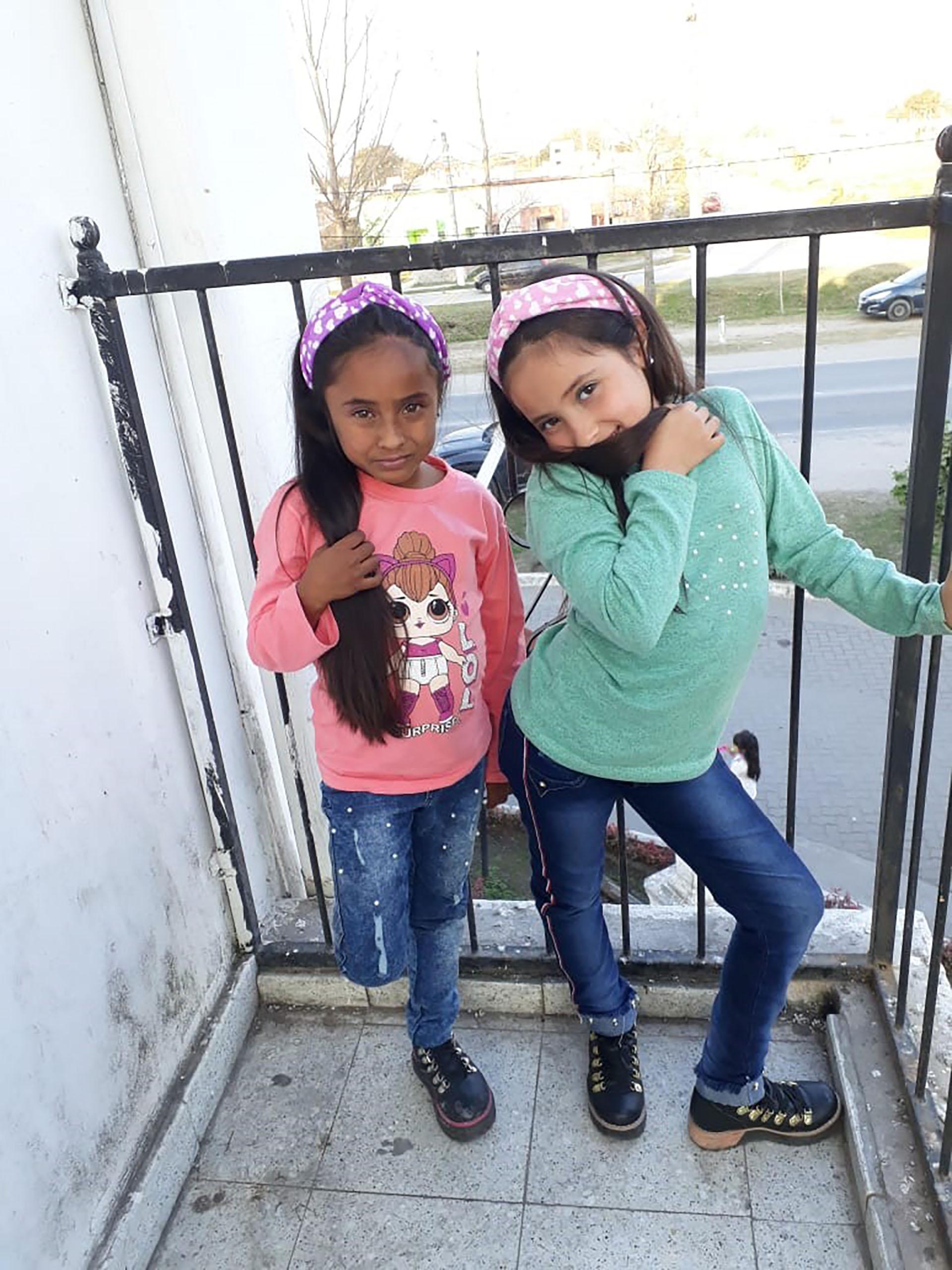 Las dos hijas de Verónica Carrazco, Pilar (de rosa) y Sofía (de verde)