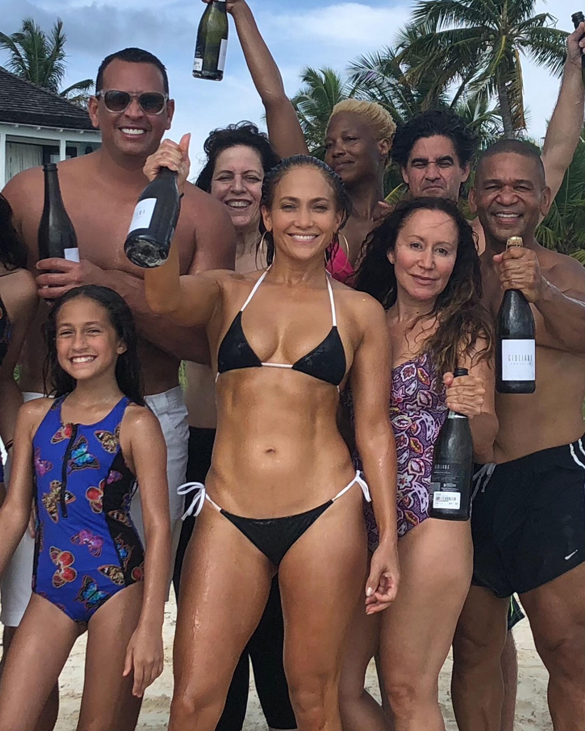 En Bahamas, Jennifer Lopez celebró sus 49 años, rodeada de sus amigos y familiares. La cantante y actriz se mostró feliz con sus hijos y su novio Alex Rodríguez