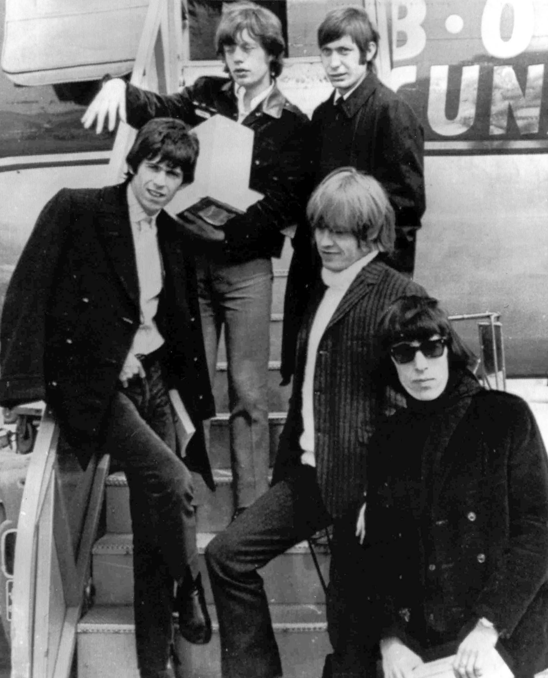 April 22, 1965 file photo, British rock and roll group, The Rolling Stones, arrive at Montreal Airport.El 22 de abril de 1965, The Rolling Stones llega al aeropuerto de Montreal.