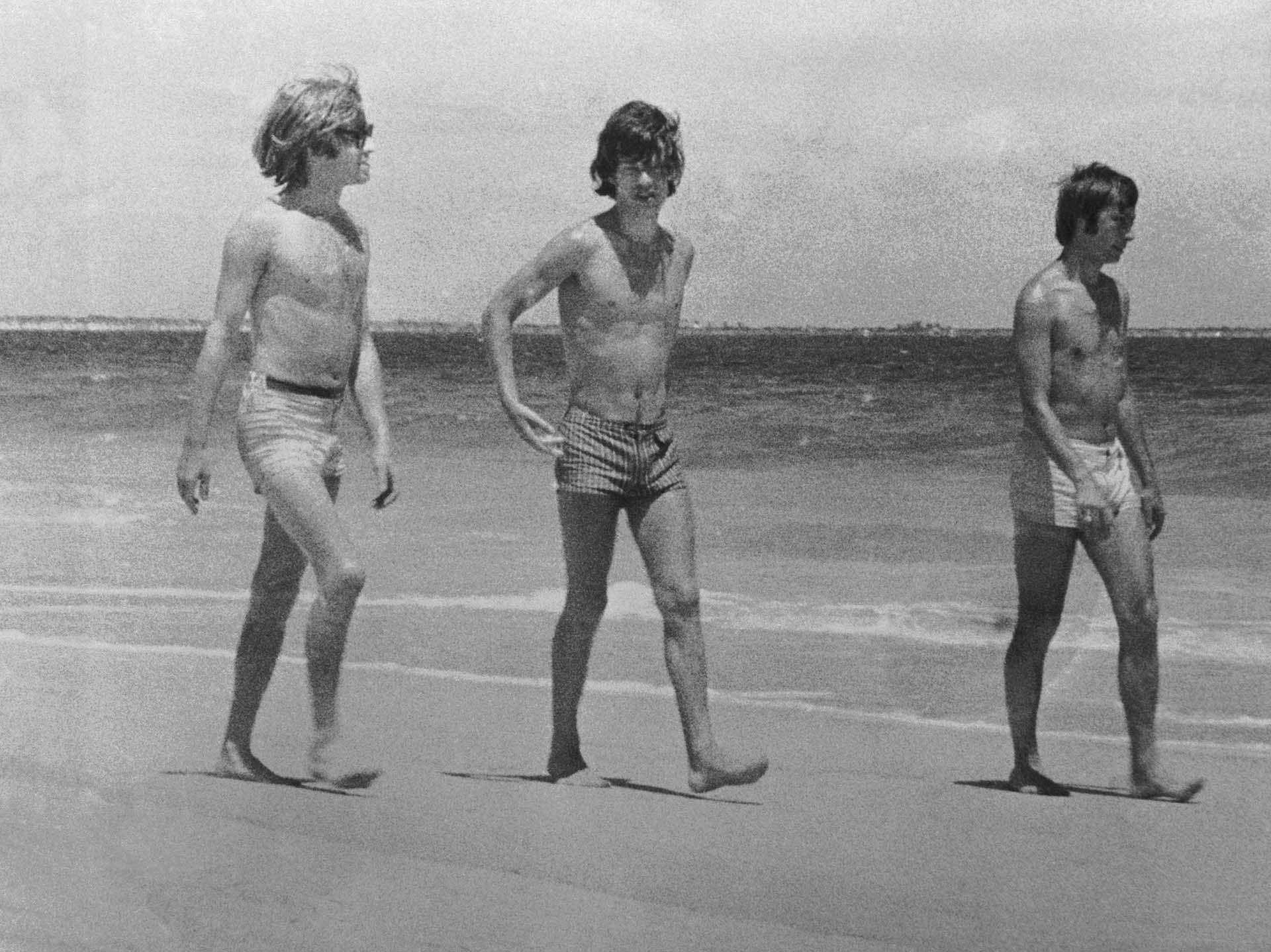 Los Rolling Stones Brian Jones, Mick Jagger y Charlie Watts en la playa en Australia, 1965.