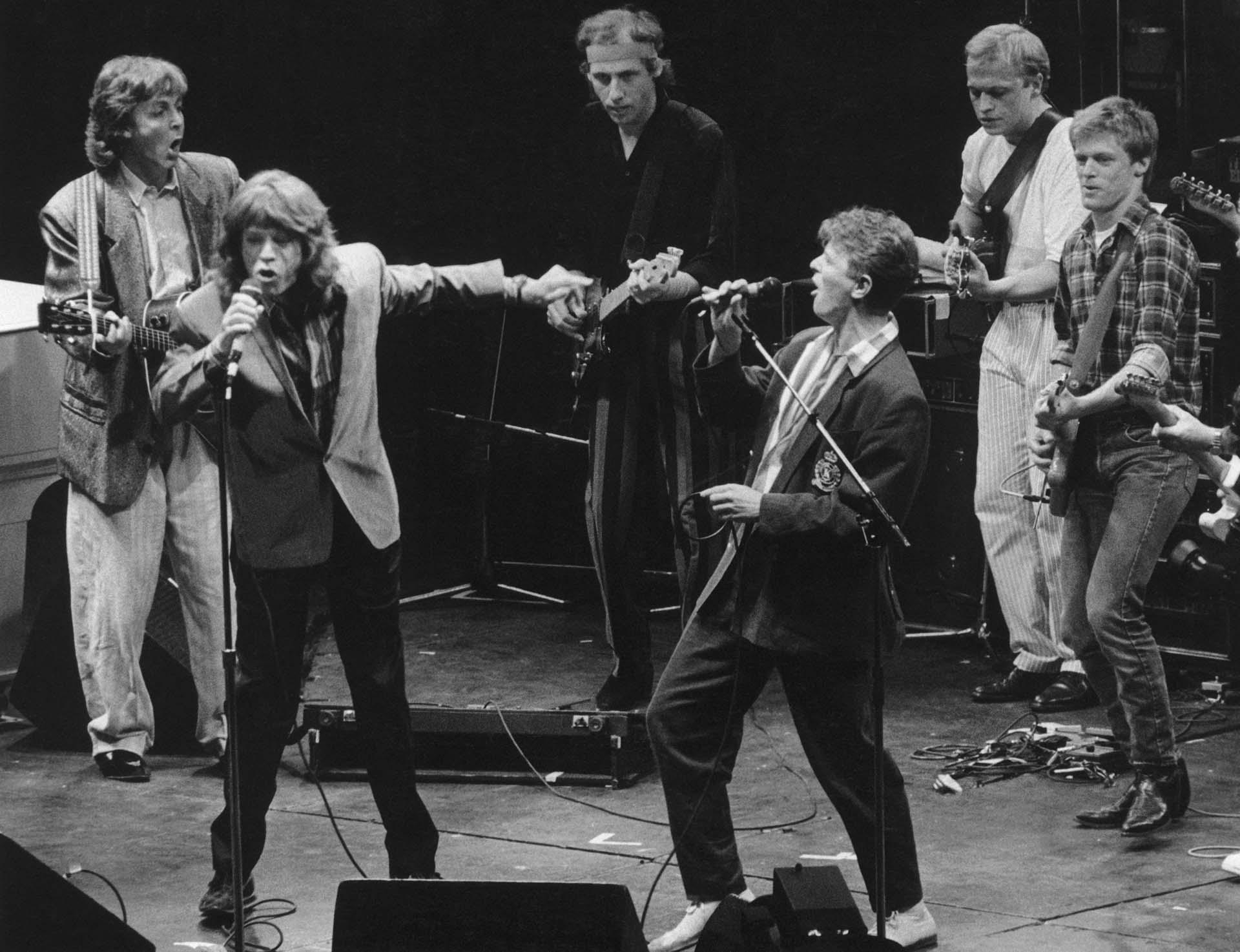 Mick Jagger y David Bowie a dúo con una banda de estrellas en el Prince's Trust Concert, Wembley, el 23 de junio de 1986. De izquierda a derecha: Paul McCartney, Mick Jagger, Mark Knopfler, David Bowie, Mark King y Brian Adams.