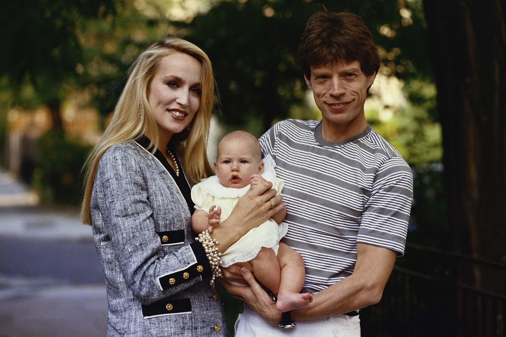 Mick Jagger y Jerry Hall con uno de sus hijos, alrededor de 1990