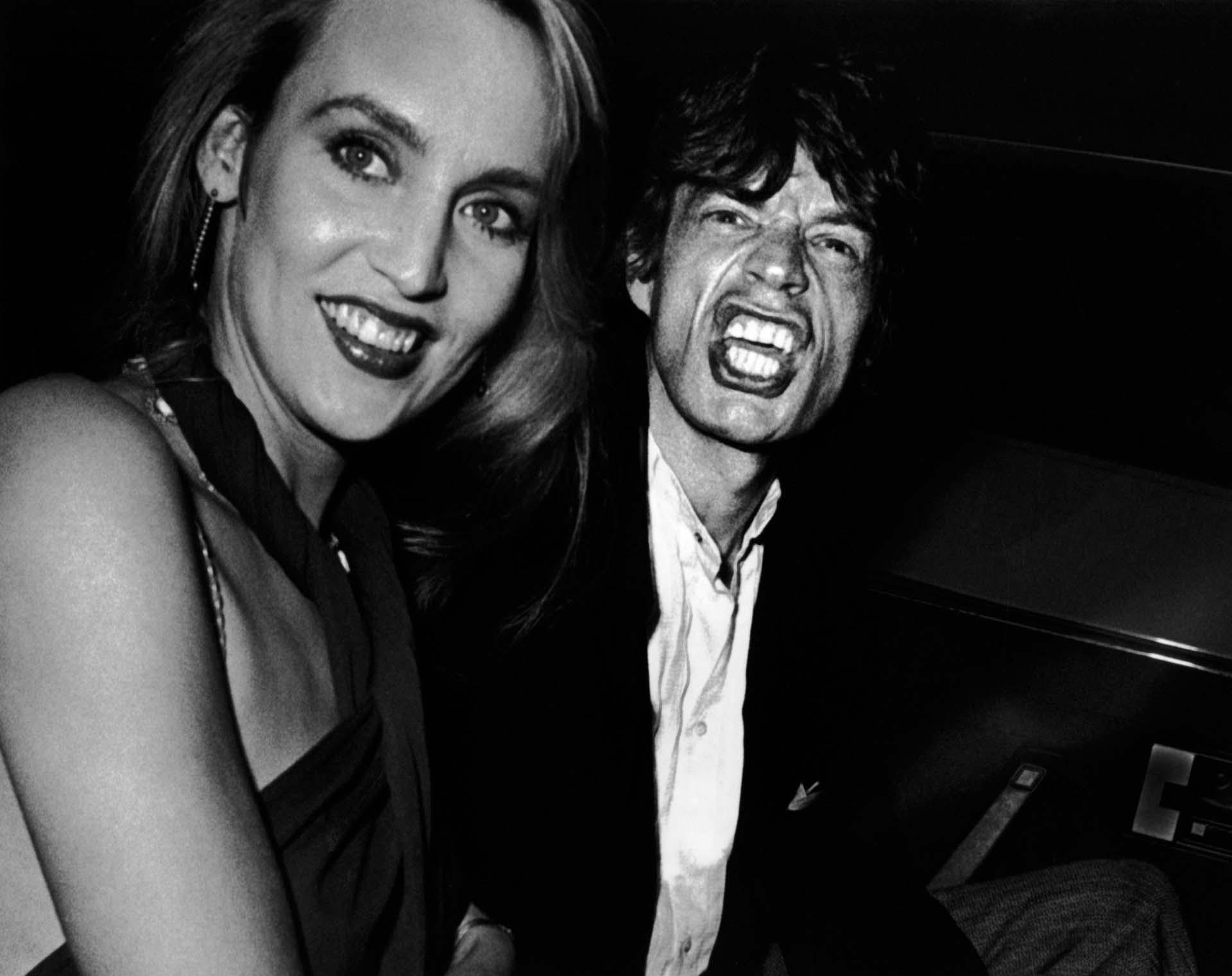Mick Jagger y Jerry Hall asisten a la fiesta de Reid Rogers el 19 de septiembre de 1984 en Limelight en la ciudad de Nueva York.