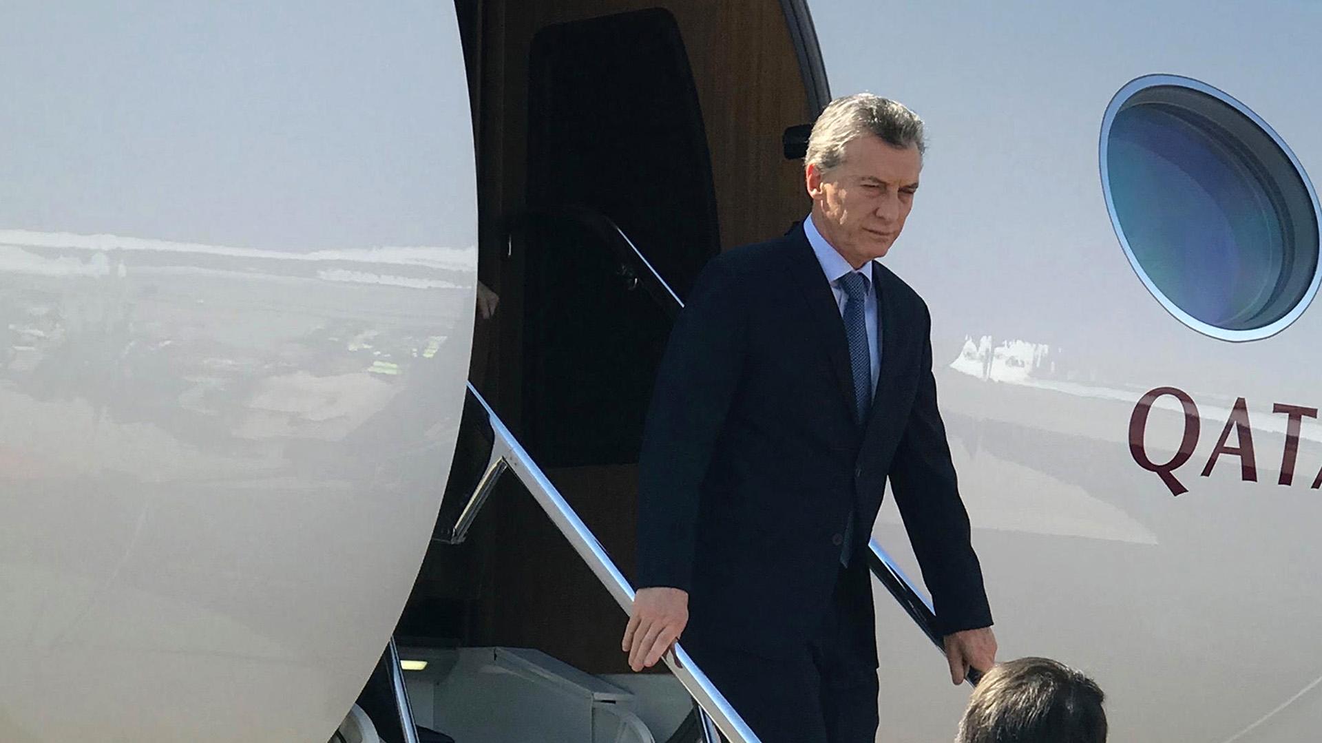 Macri llegó al Aeropuerto Internacional OR Tambo, donde fue recibido por el embajador argentino en Sudáfrica, Javier Figueroa, y el director nacional de Ceremonial de Cancillería, Marcelo Suárez Salvia (foto: Presidencia)