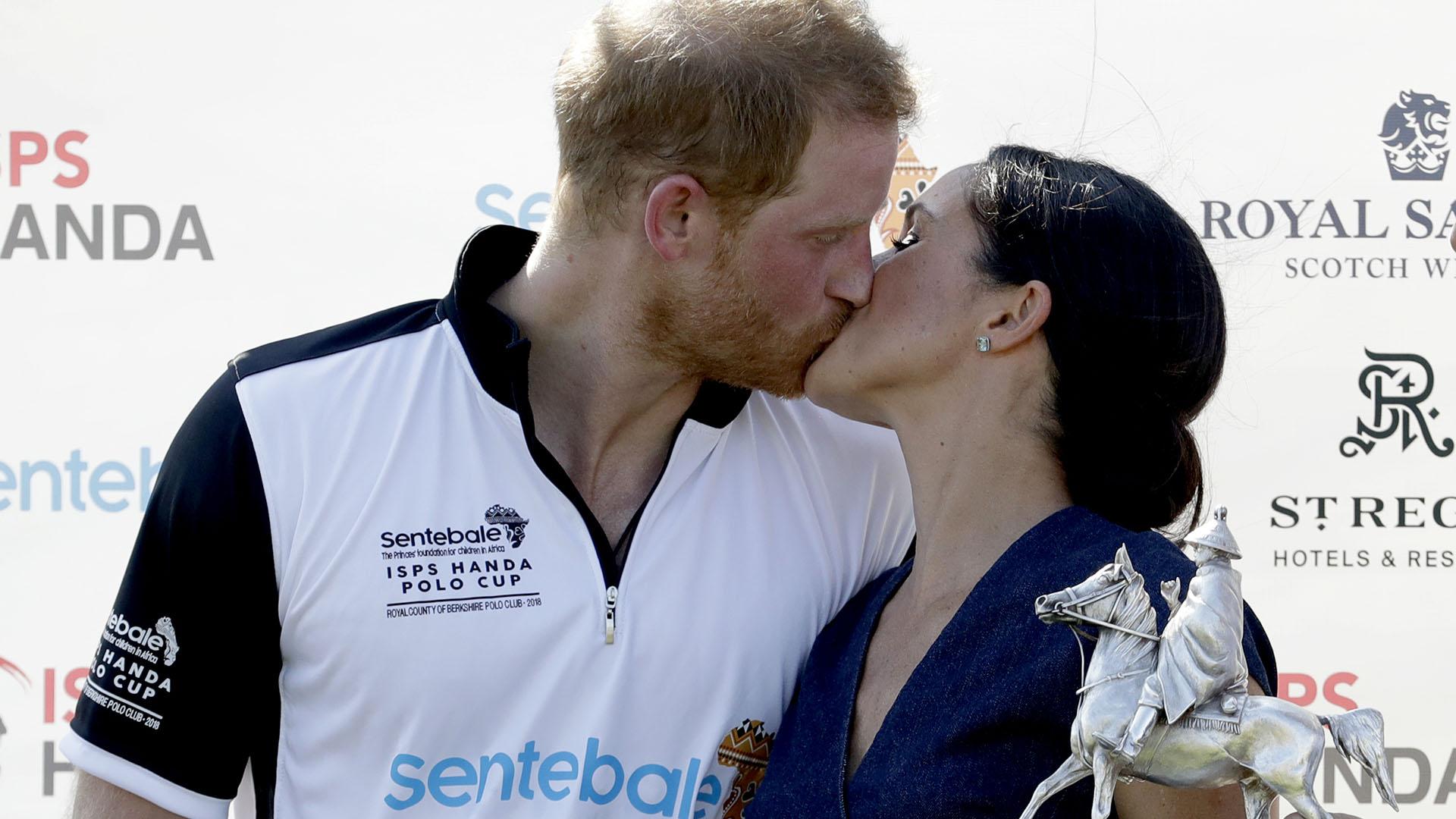El beso del triunfo (o fuera del protocolo) de los Duques de Sussex por la victoria de Harry en el polo