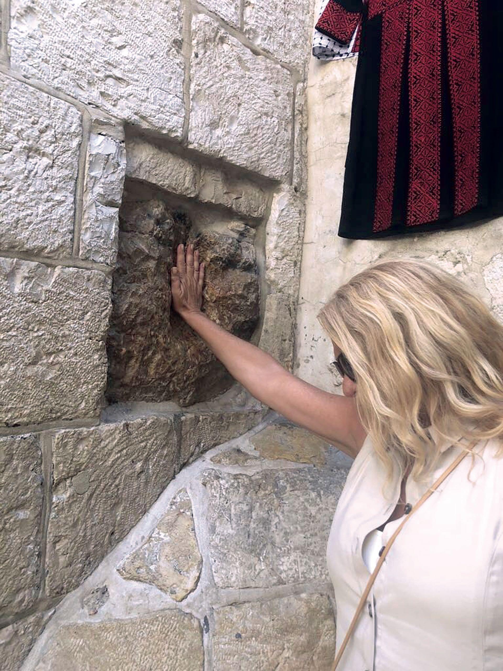 Se conmovió frente a una de las estaciones de la Via Dolorosa, donde Jesús cayó cargando la cruz.