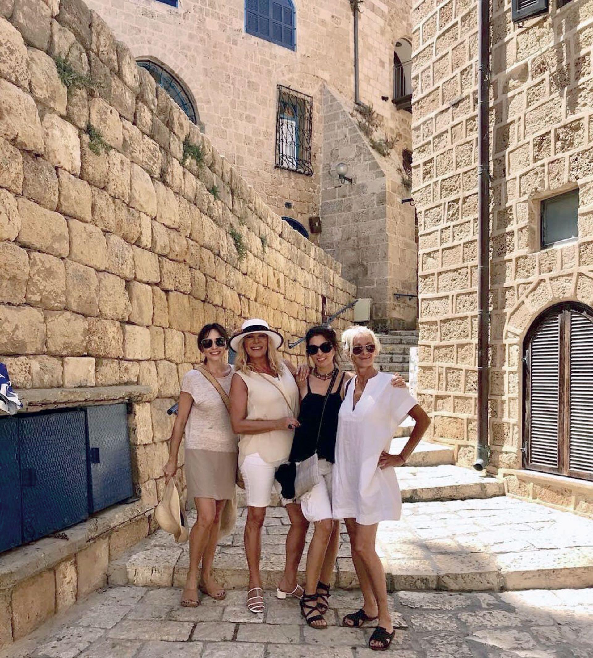 En Jaffa, el puerto antiguo de Tel Aviv, con sus amigas Fernanda Gabbanelli, Andrea Pailos y Leticia Rocco.