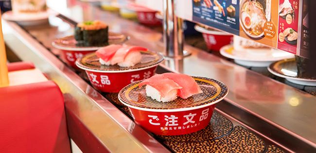 Los platitos en la cinta del restaurante Hamazushi en Japón
