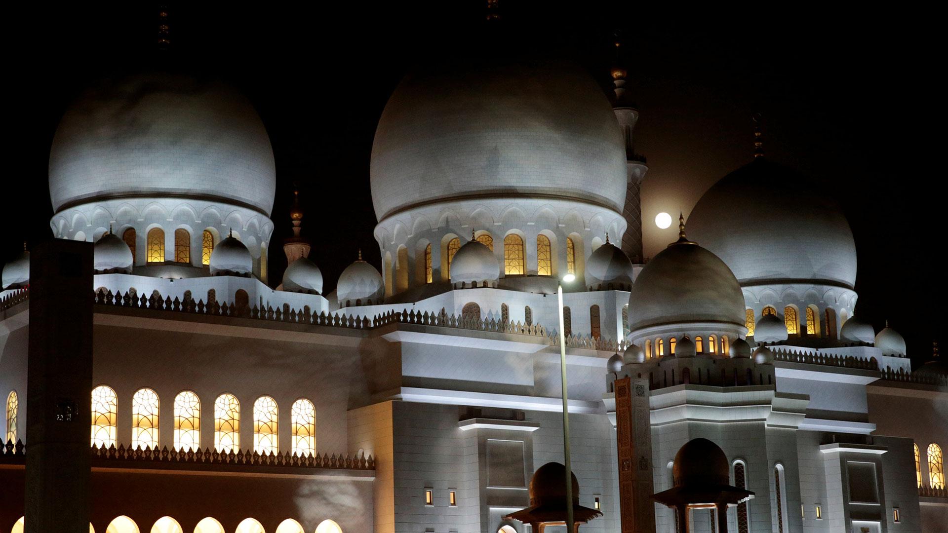Abu Dhabi. La Luna llena entrará poco a poco en la penumbra y después en la sombra para encontrarse totalmente a oscuras antes de salir progresivamente de dicha zona