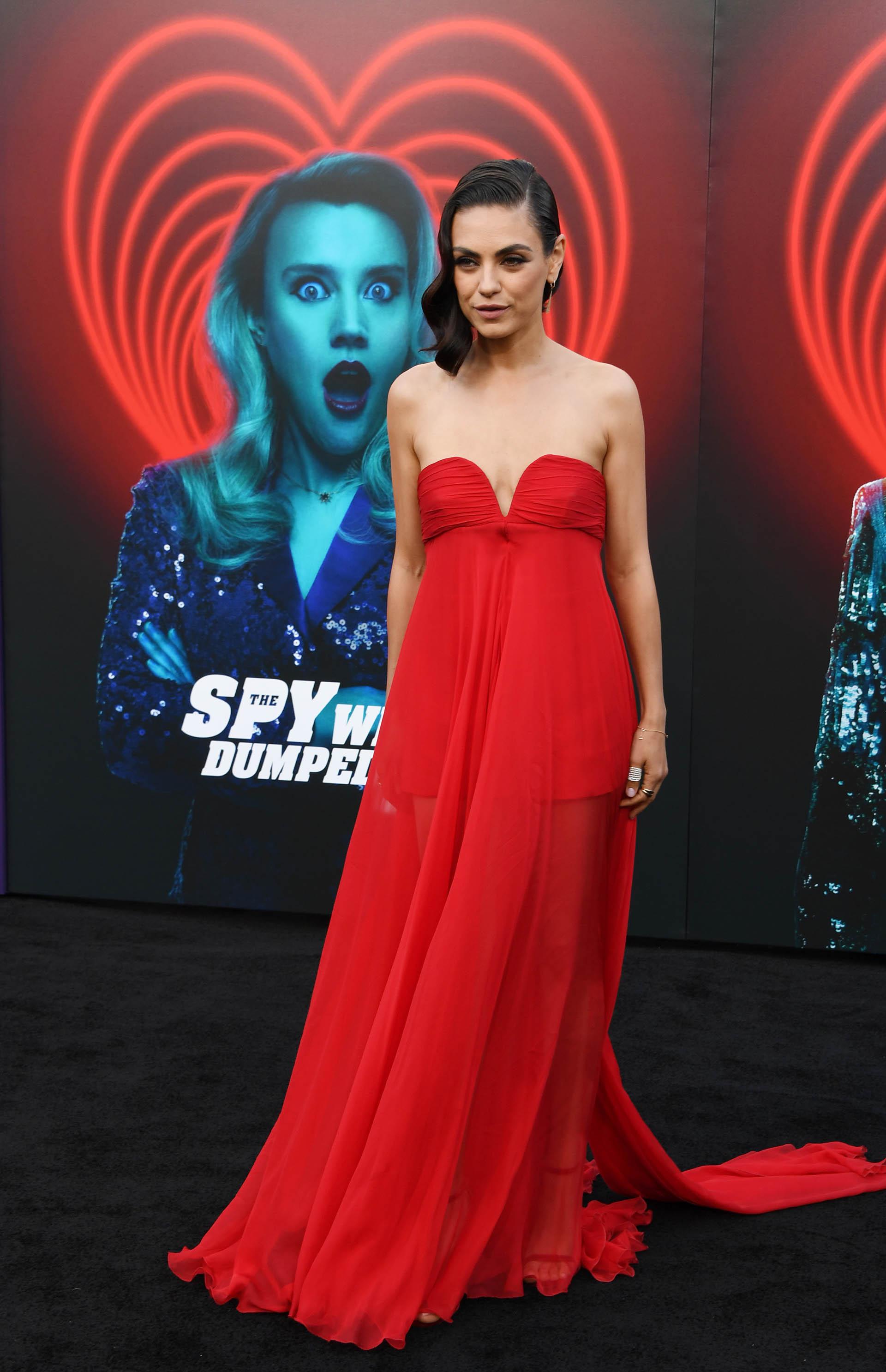 La protagonista de la película, Mila Kunis, lució un vestido de gala colorado con transparencias y strapless