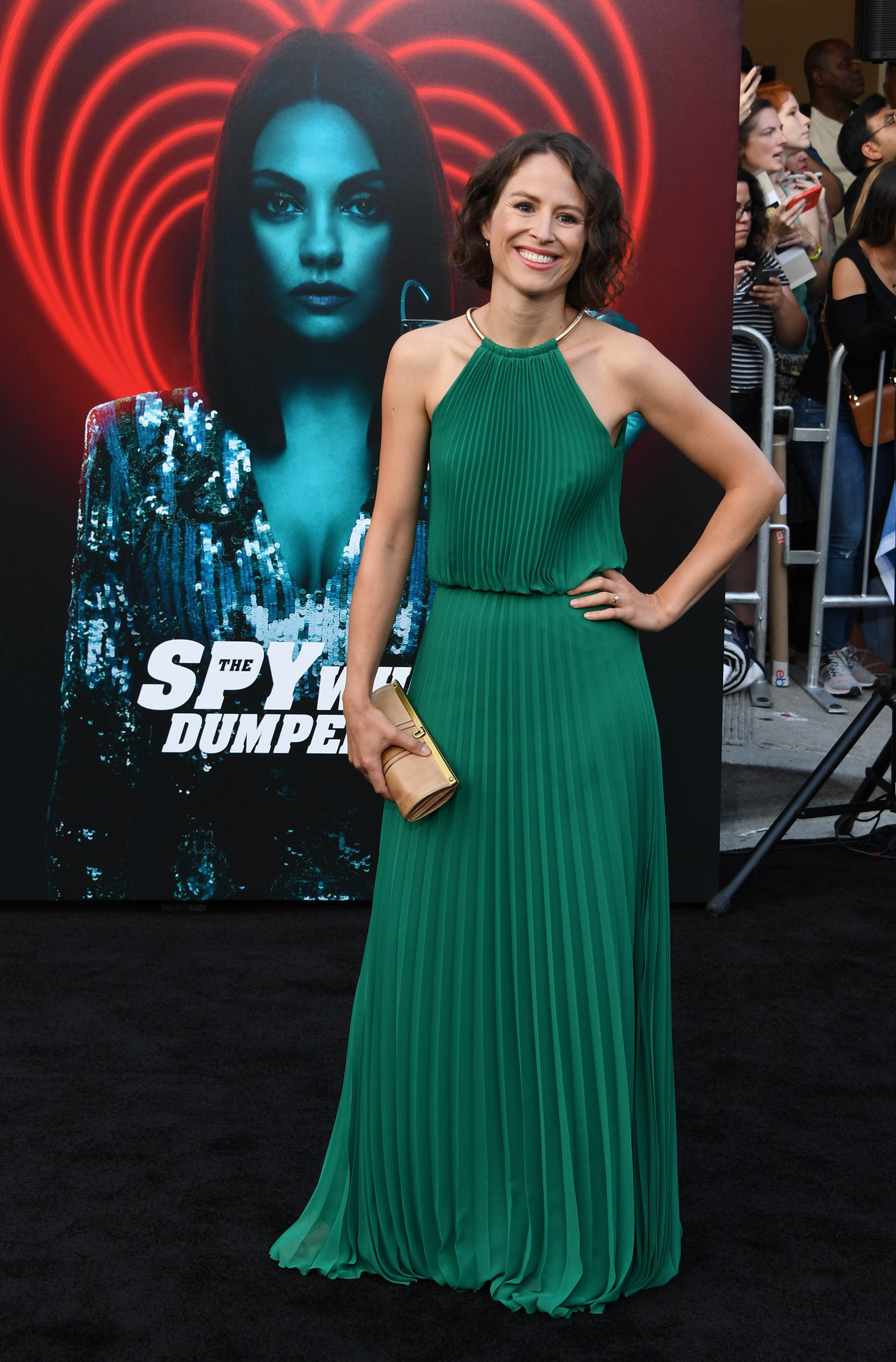 Mirjam Novak y un elegante vestido verde con plisados