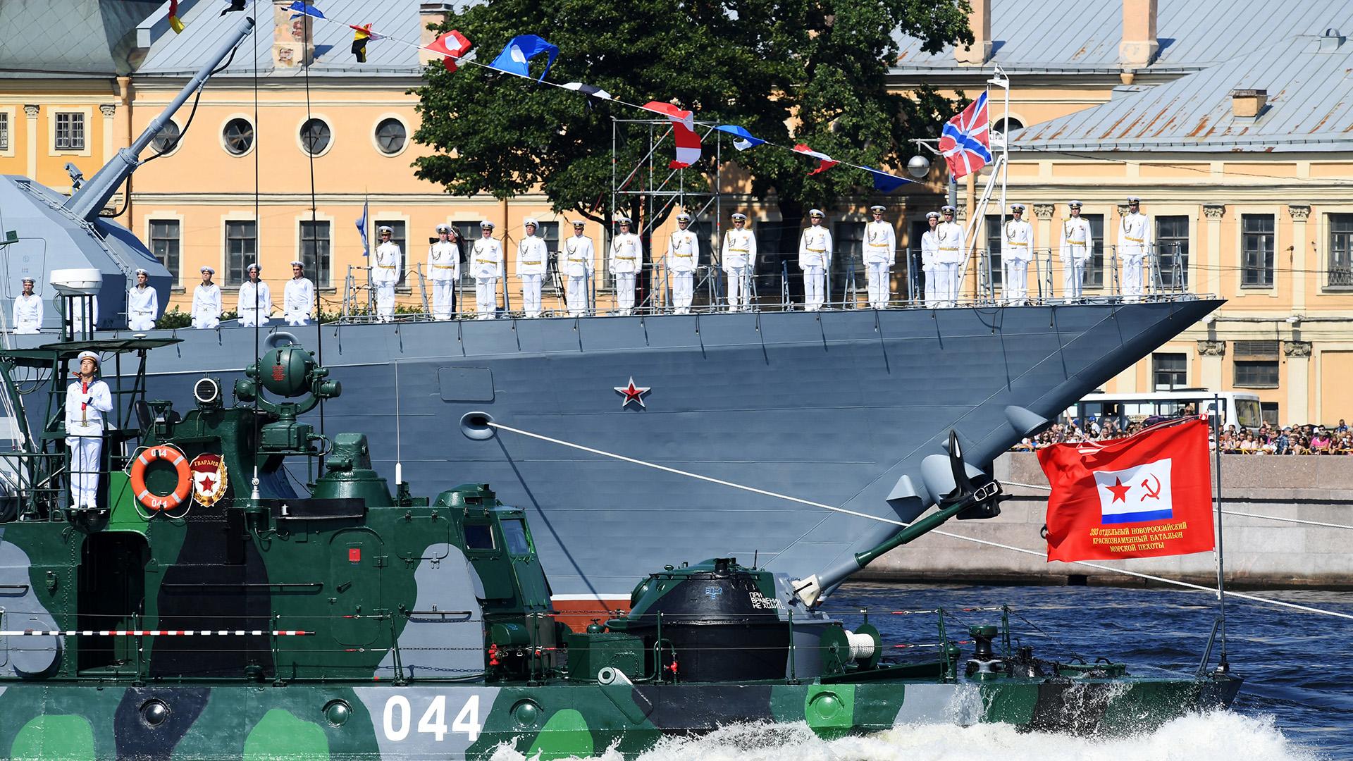 El desfile estuvo dirigido por el crucero portamisiles ruso Marshal Ustinov
