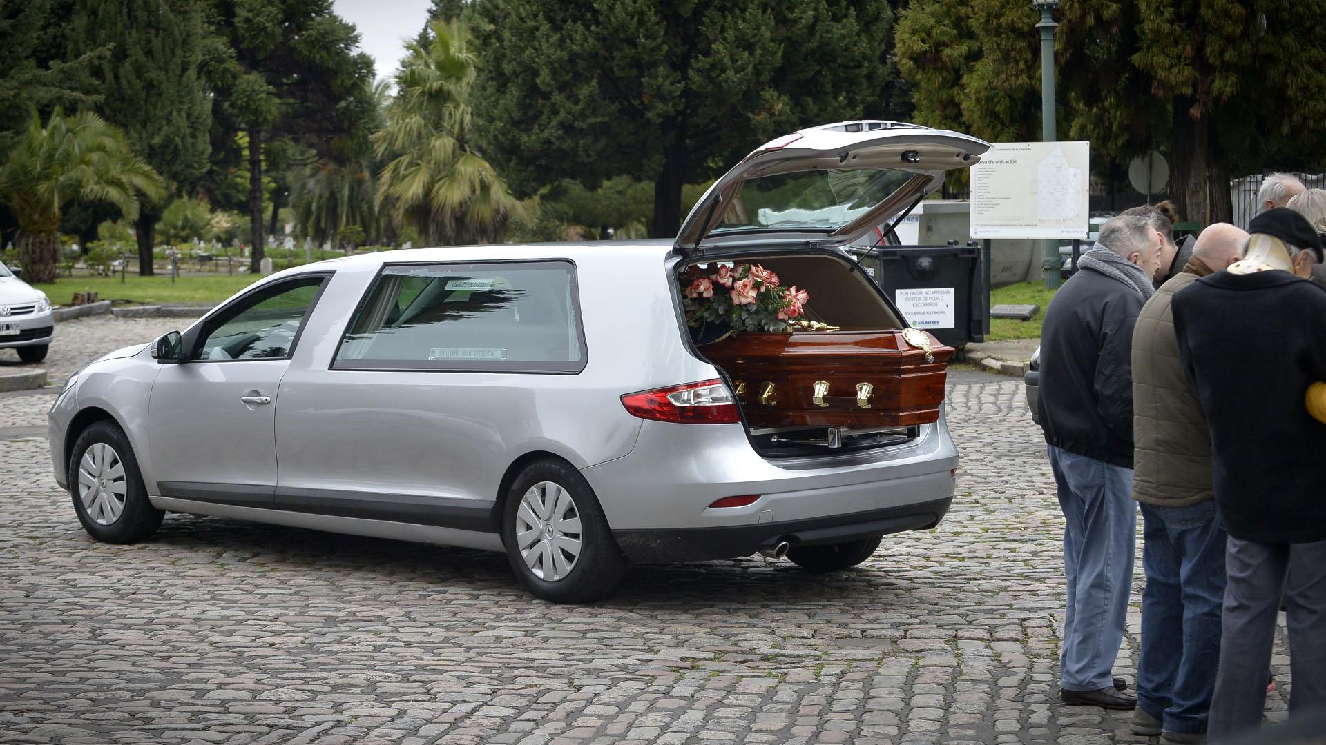 Los restos de Guillermo Bredeston llegan al cementario de la Chacarita
