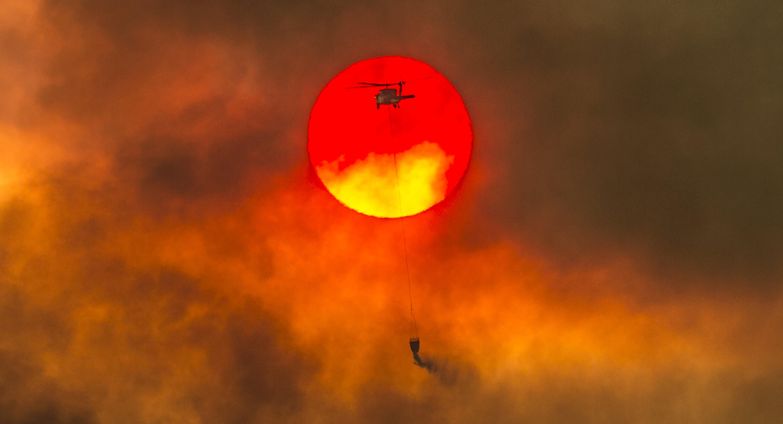Las condiciones meteorológicas dificultan la labor de los bomberos (Héctor Amezcua/ The Sacramento Bee, vía AP)