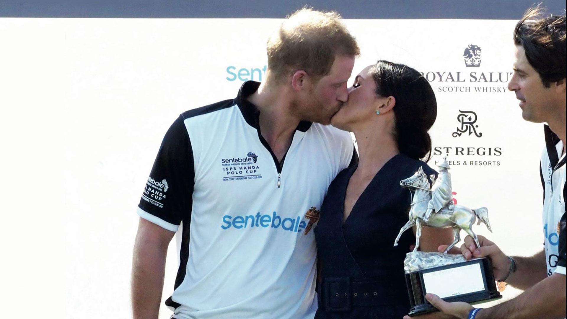 Meghan Markle besó al príncipe Harry para felicitarlo por su triunfo, un gesto que rompió con el protocolo, algo habitual en la pareja